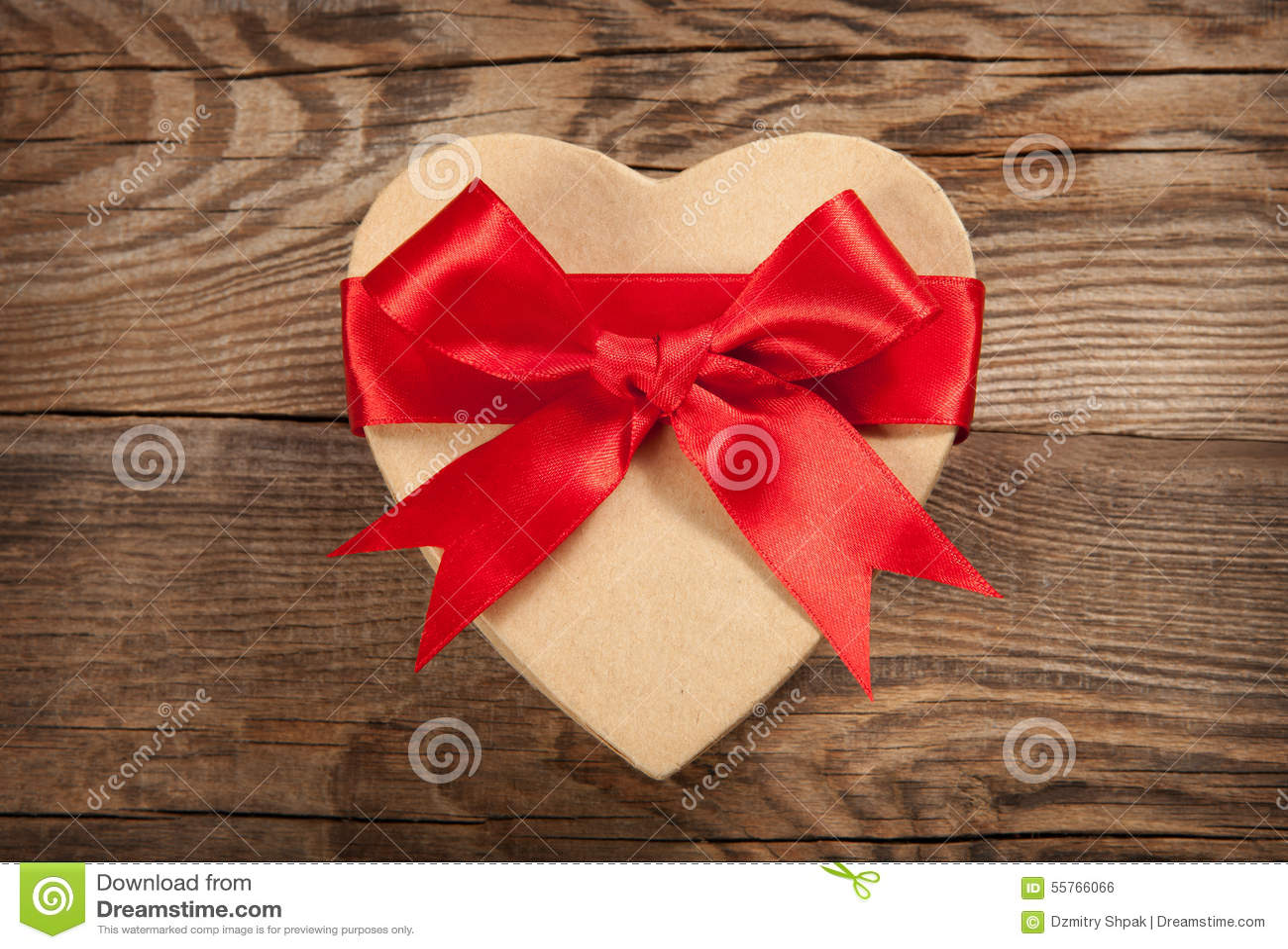 Cadeau de concept Boîte sous forme de coeur sur les vieux conseils