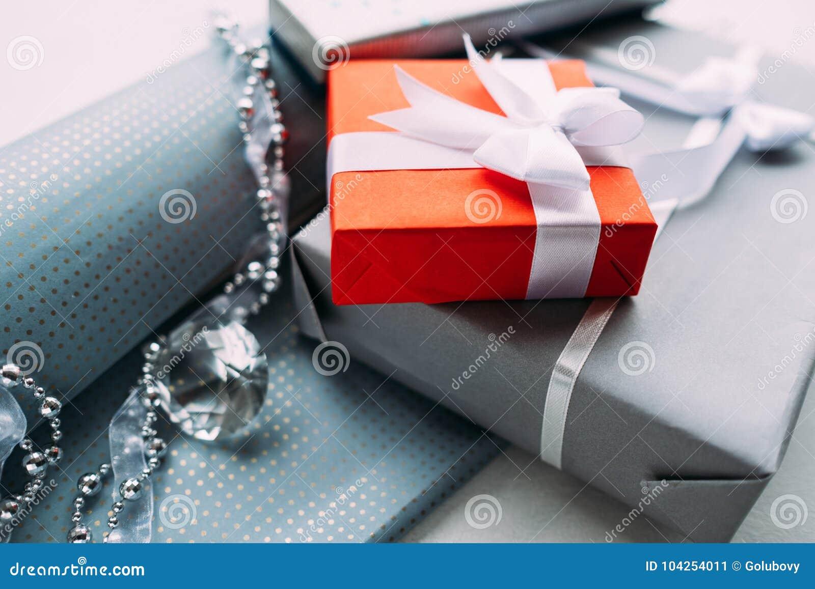 Cadeau De Noel Classe.Cadeau De Luxe De Bijoux Pour Le Fond Supérieur De Gris De