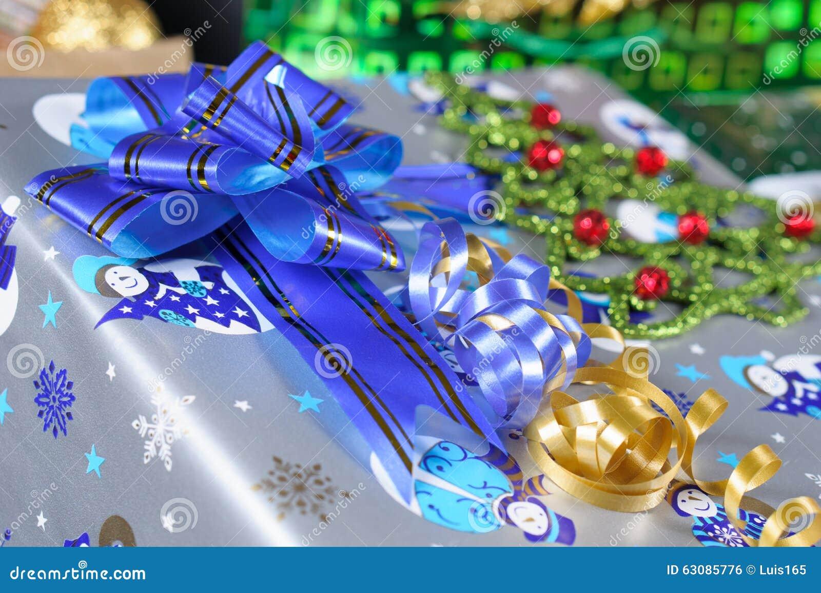 Download Cadeau De Noël Avec Un Ruban Bleu Photo stock - Image du enveloppe, couleur: 63085776