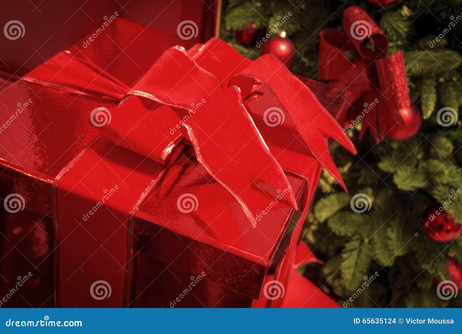 Cadeau de Noël devant les trois