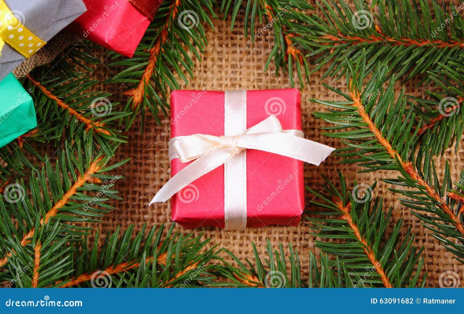 Download Cadeau Enveloppé Pour Noël Ou D'autres Branches De Célébration Et Impeccables Photo stock - Image du salutation, anniversaire: 63091682