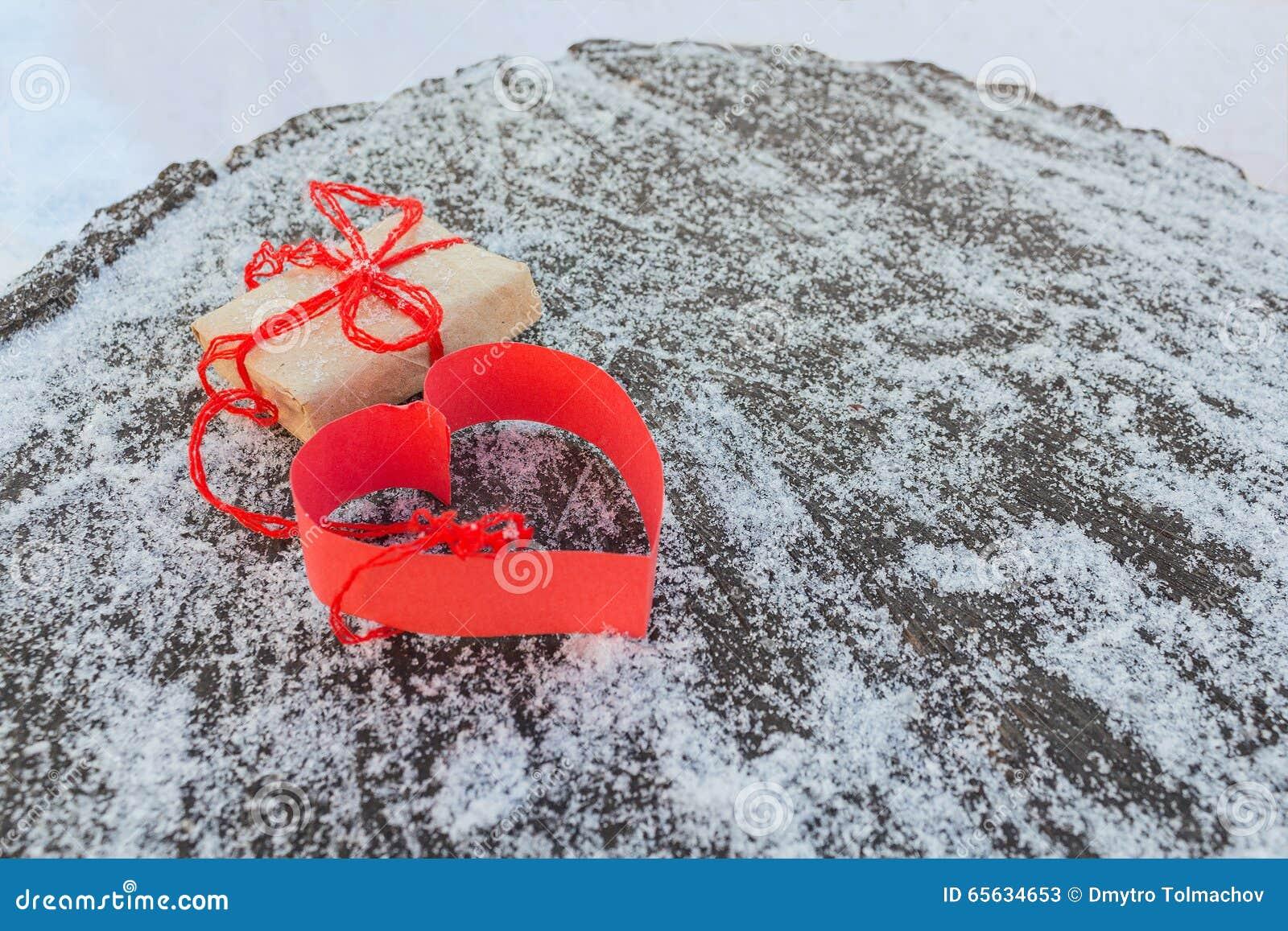 Cadeau et coeur de papier rouge