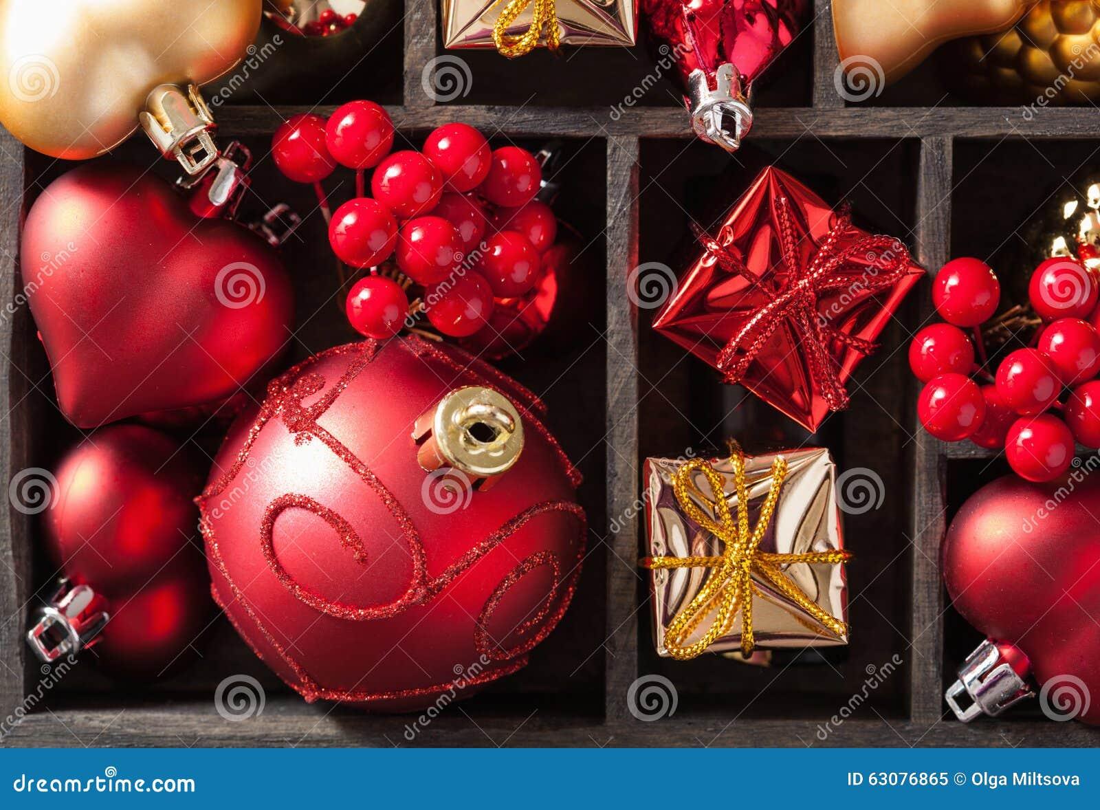Download Cadeau Et Décoration De Noël Dans La Boîte En Bois Image stock - Image du rouge, coloré: 63076865