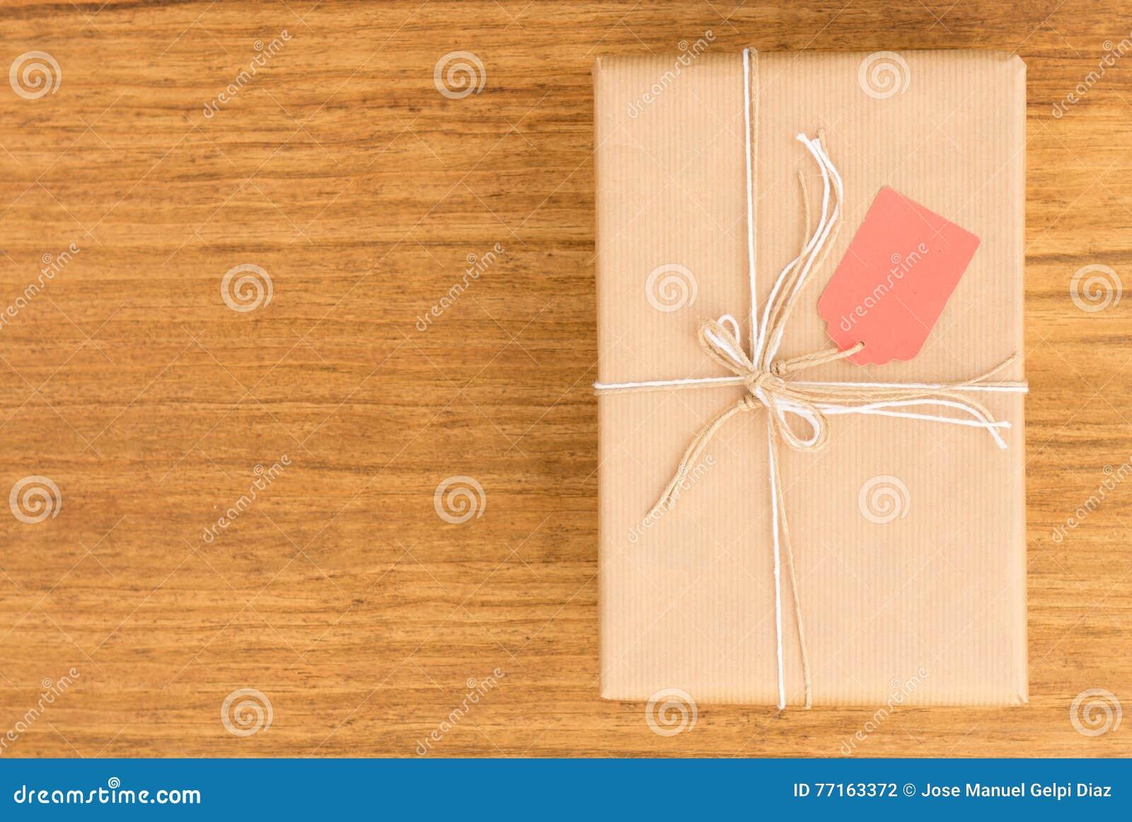 Cadeau gentil enveloppé avec le papier brun