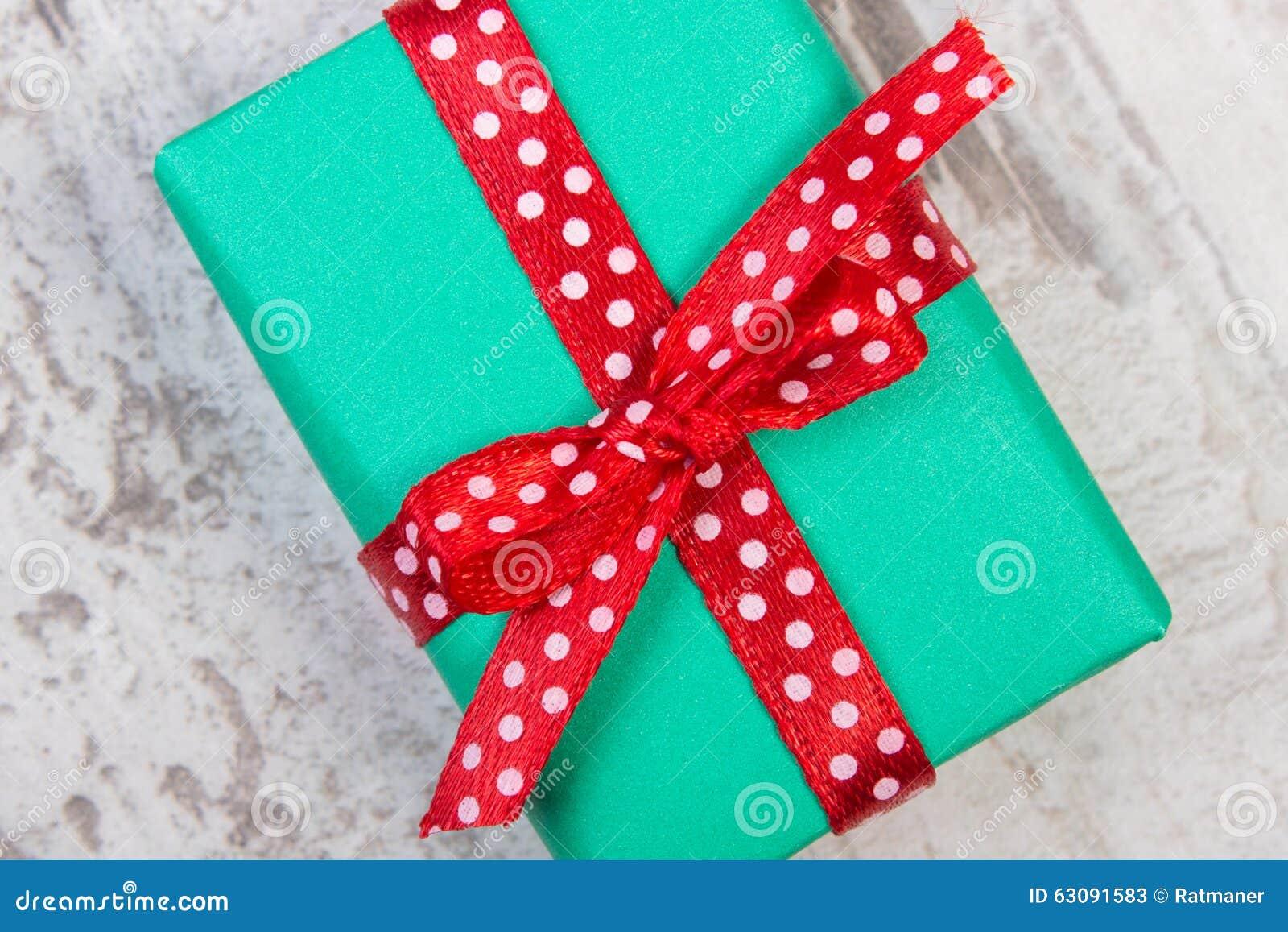 Download Cadeau Vert Pour Noël Ou Toute Autre Célébration Sur La Planche En Bois Image stock - Image du papier, vieux: 63091583