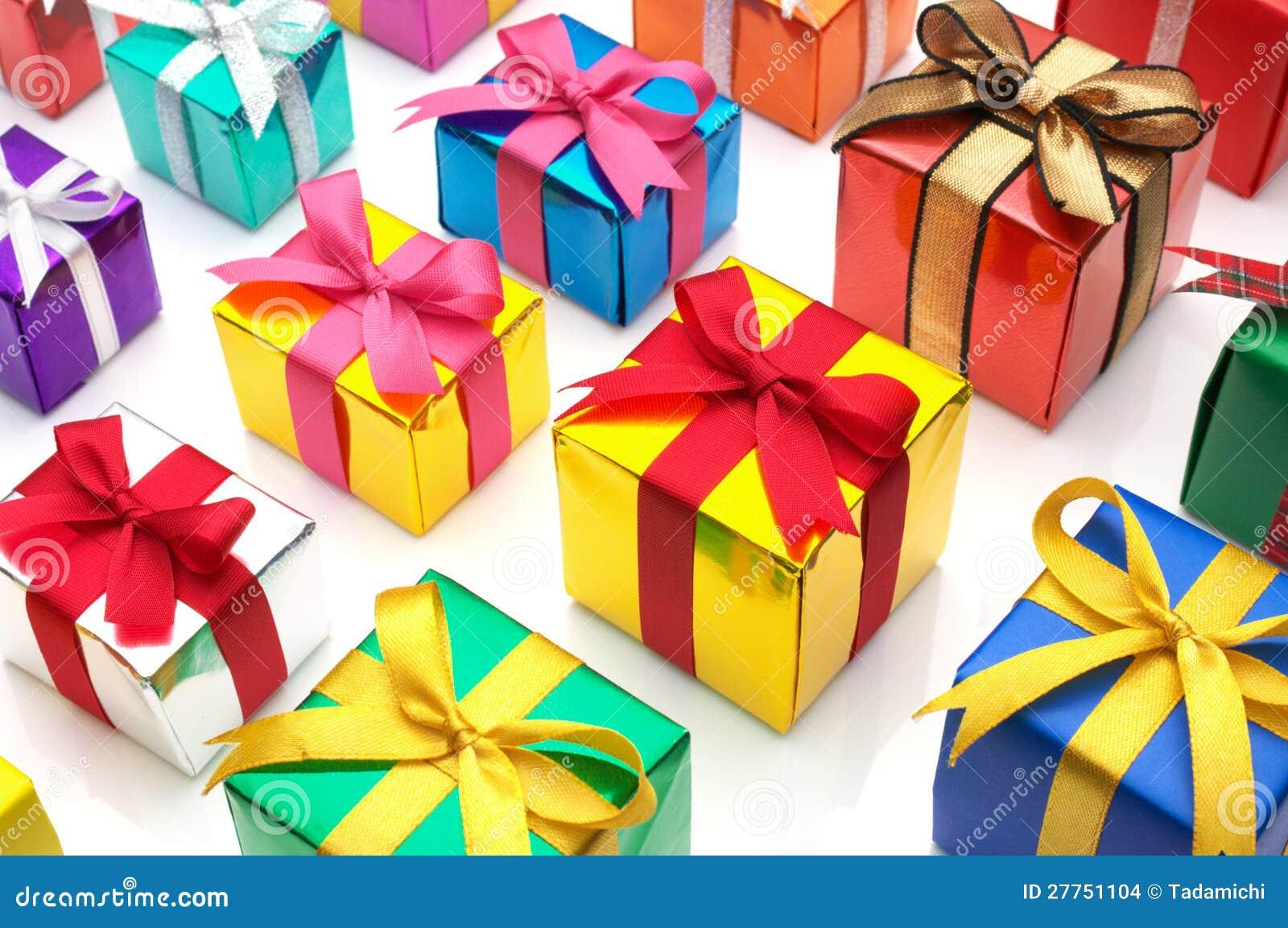 Cadeaux colorés alignés.