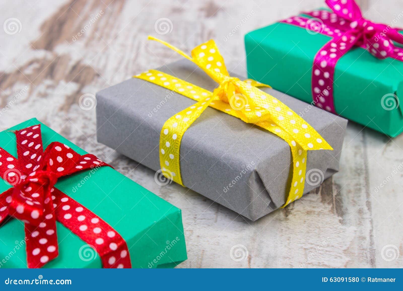 Download Cadeaux Colorés Enveloppés Pour Noël Ou Toute Autre Célébration Sur La Vieille Planche Blanche Photo stock - Image du multicolore, décoratif: 63091580