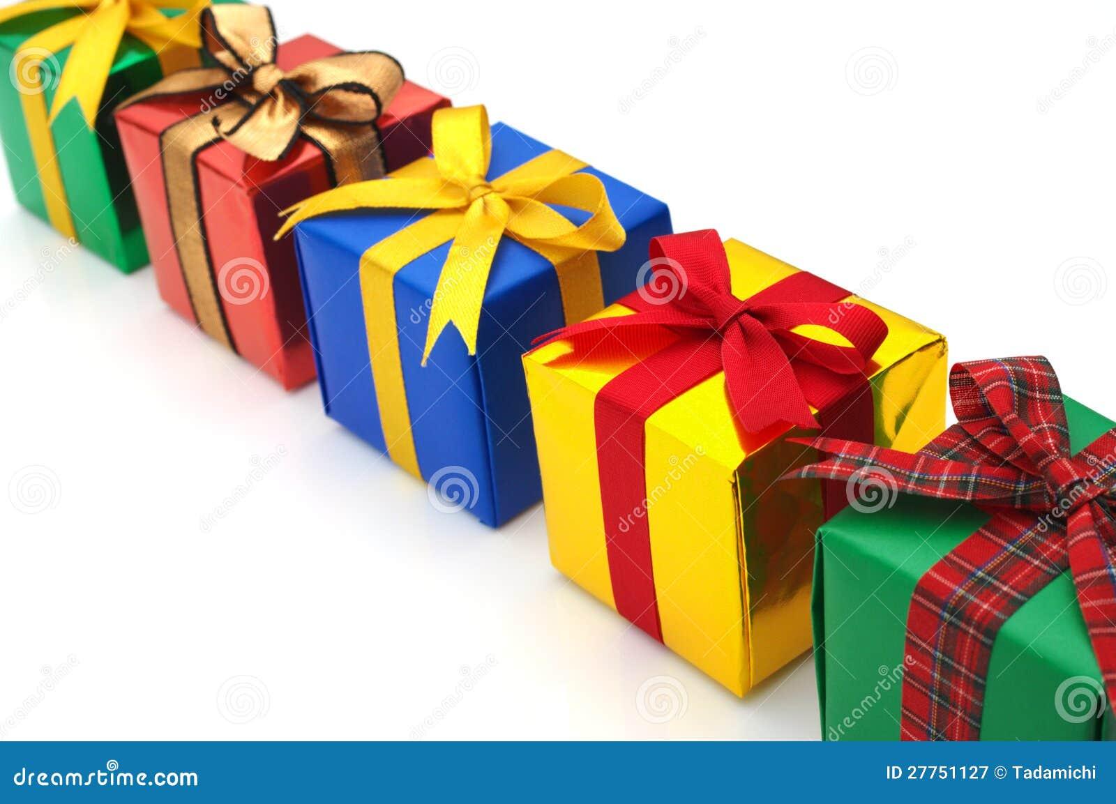 Cadeaux colorés présentés dans une ligne.