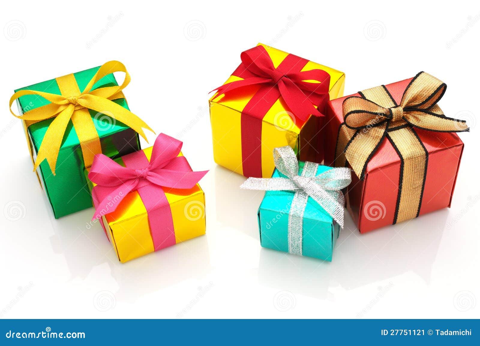 Cadeaux colorés sur le fond blanc.