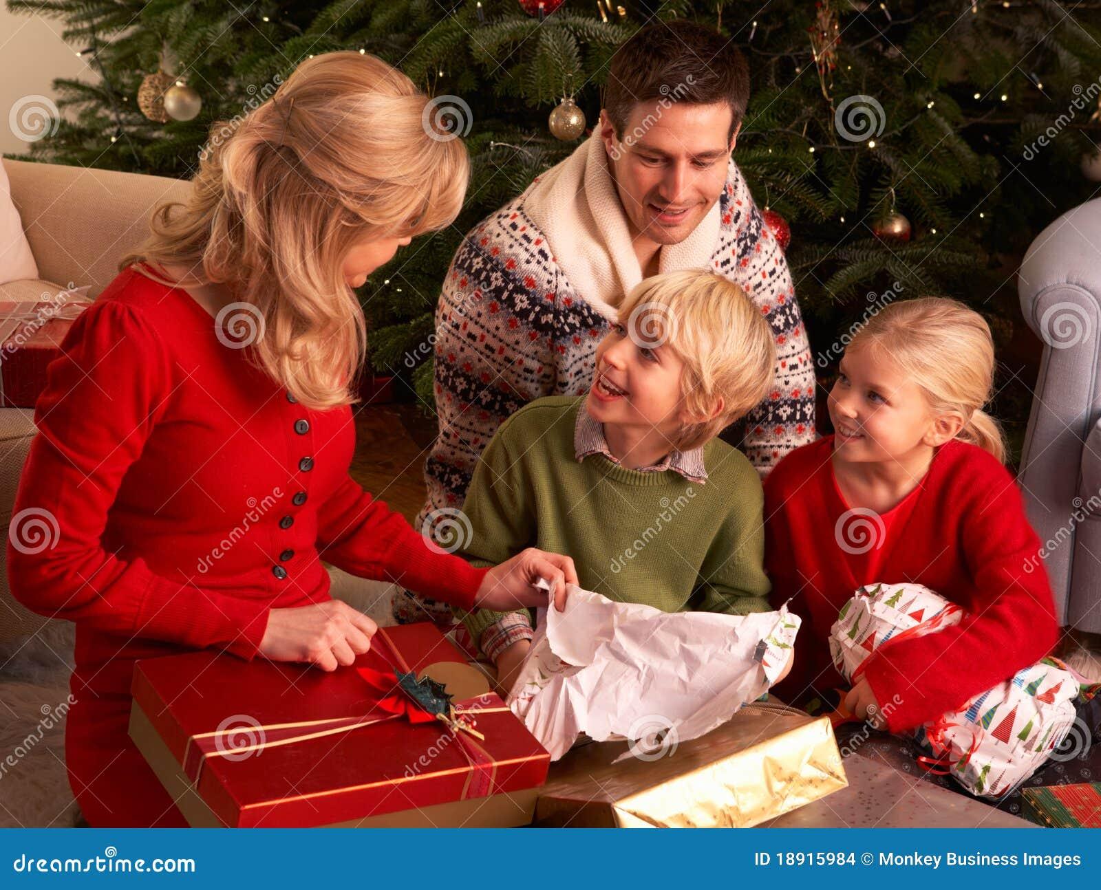 Cadeaux de no l d 39 ouverture de famille la maison images for Cadeaux de noel maison