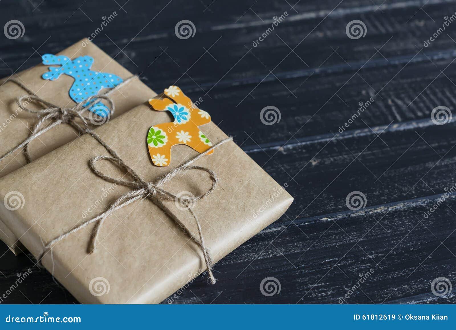 Cadeaux de no l en papier d 39 emballage avec une tiquette for Cadeaux de noel maison
