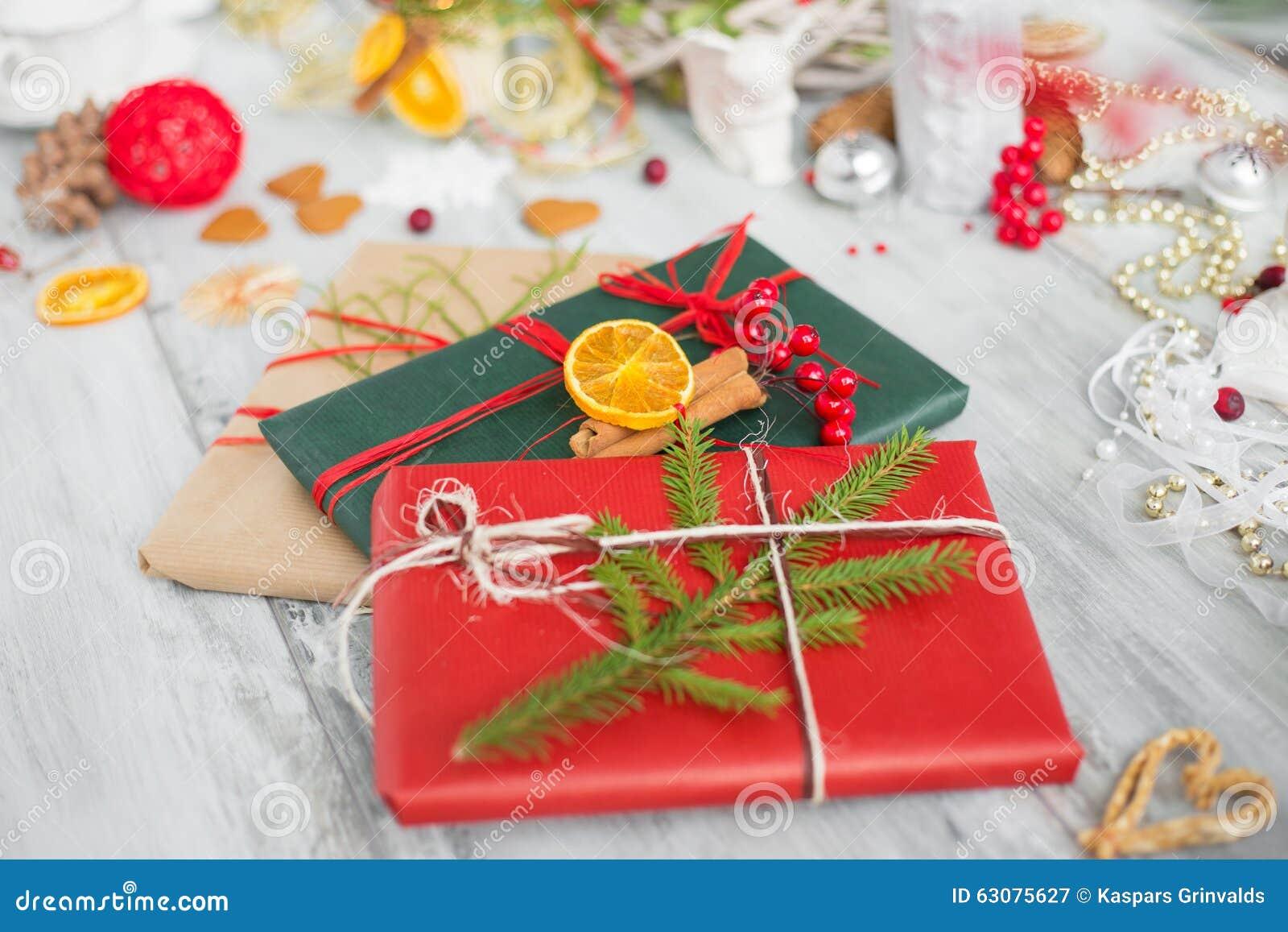 Download Cadeaux de Noël enveloppés image stock. Image du papier - 63075627