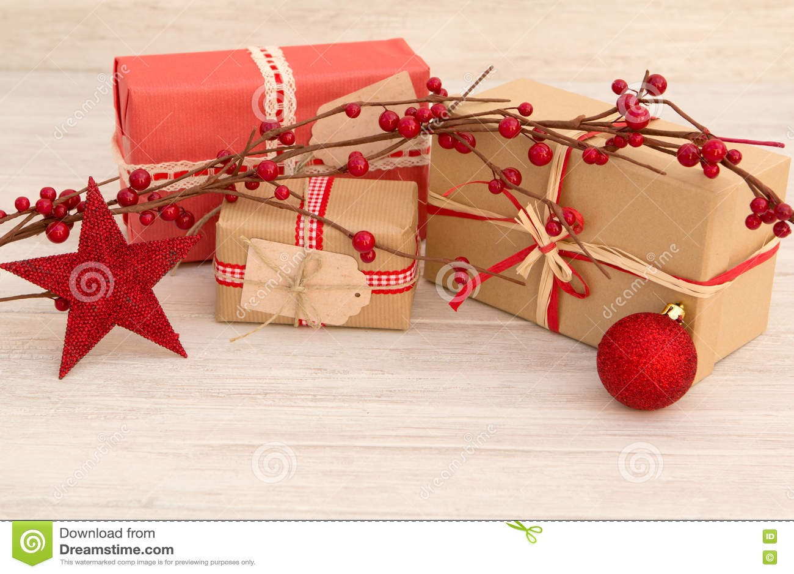 Cadeaux de Noël enveloppés avec le papier brun