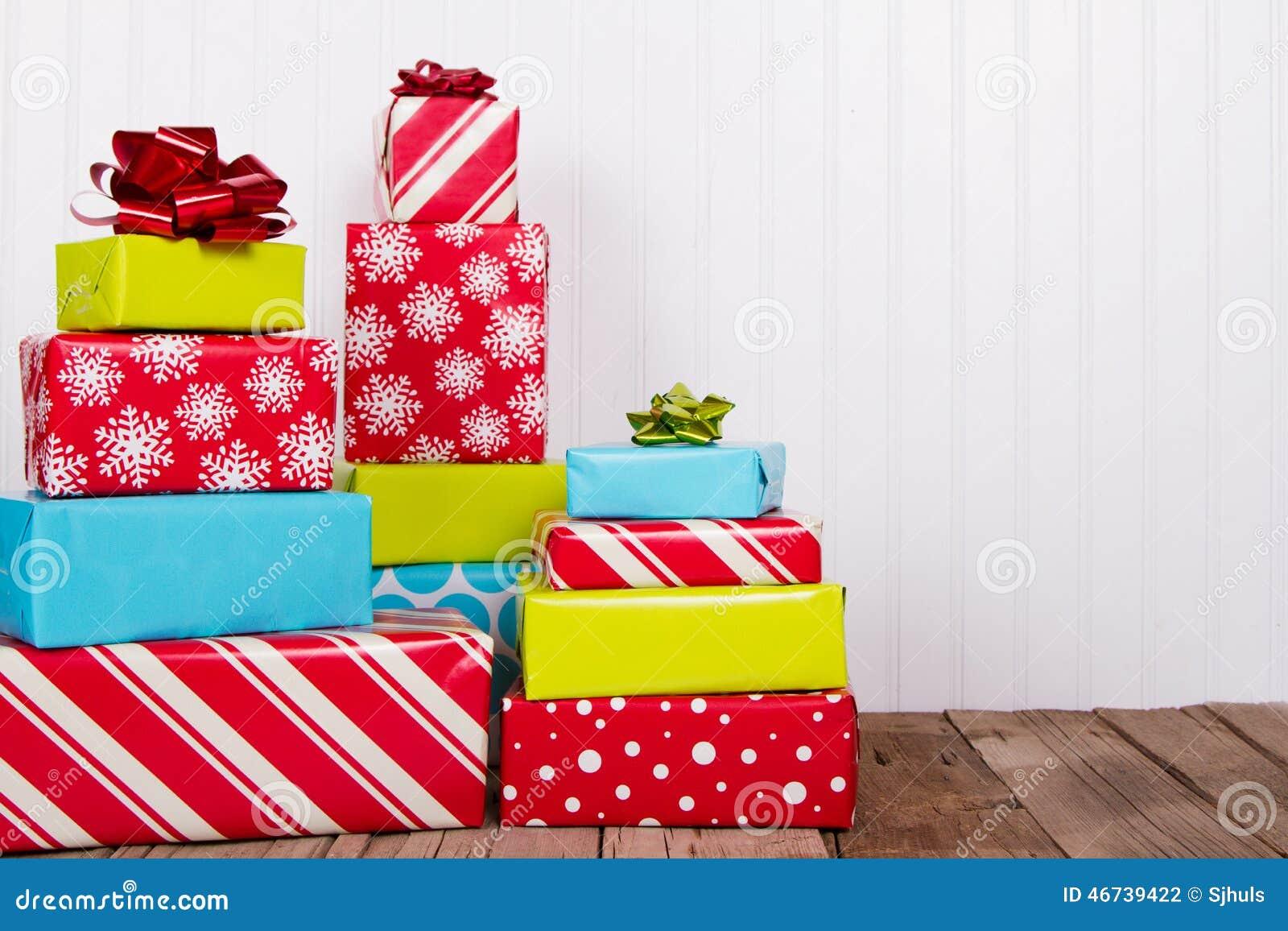 Cadeaux de Noël sur la planche en bois rustique
