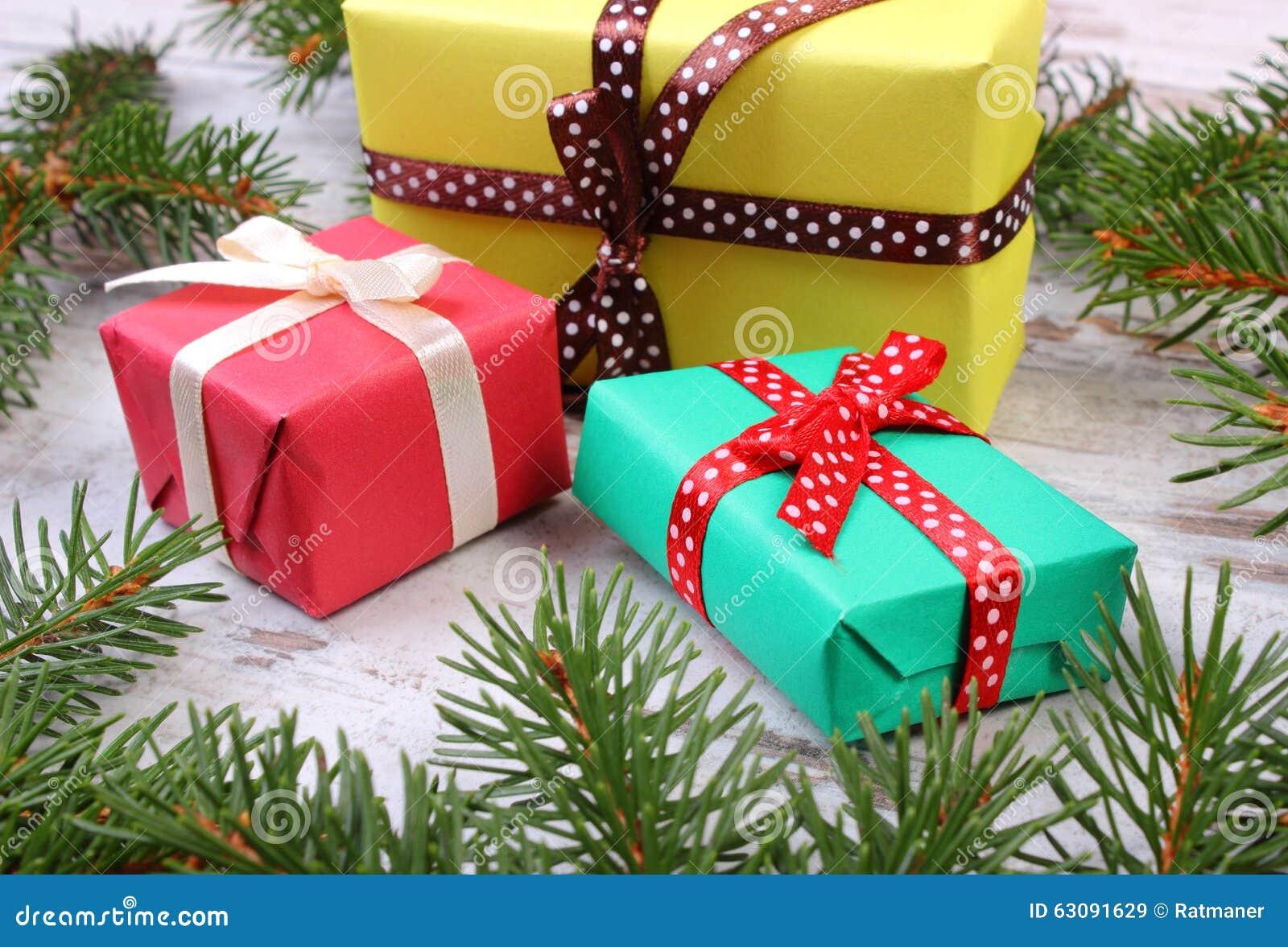 Download Cadeaux Enveloppés Pour Noël Et Branches Impeccables Sur La Vieille Planche Image stock - Image du vert, brindille: 63091629