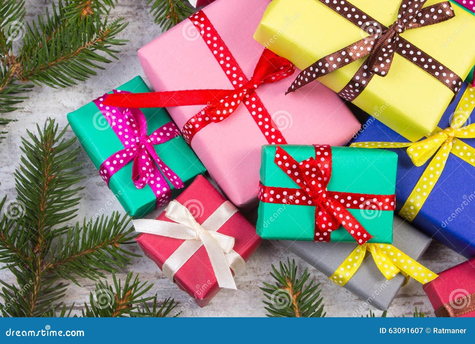 Download Cadeaux Enveloppés Pour Noël Ou D'autres Branches De Célébration Et Impeccables Sur La Vieille Planche Image stock - Image du configuration, cadeau: 63091607