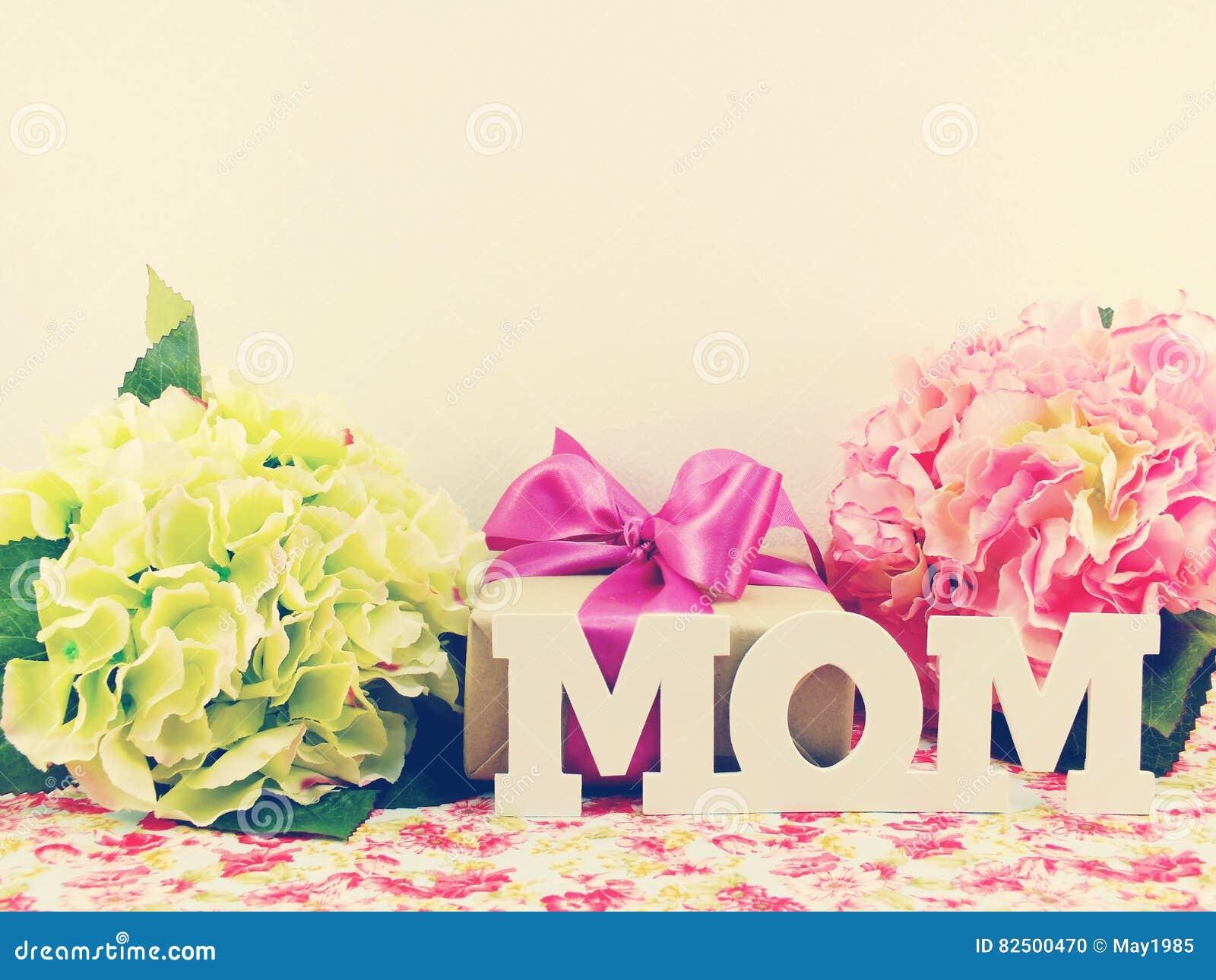 cadeaux et beau bouquet de fleur pour la maman pour le jour du ` s