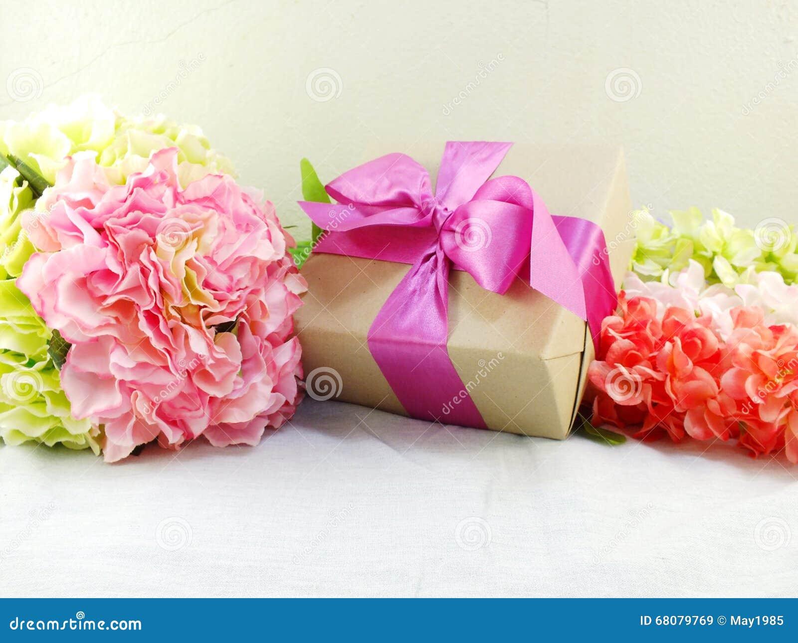 cadeaux et beau bouquet des fleurs pour la maman photo stock