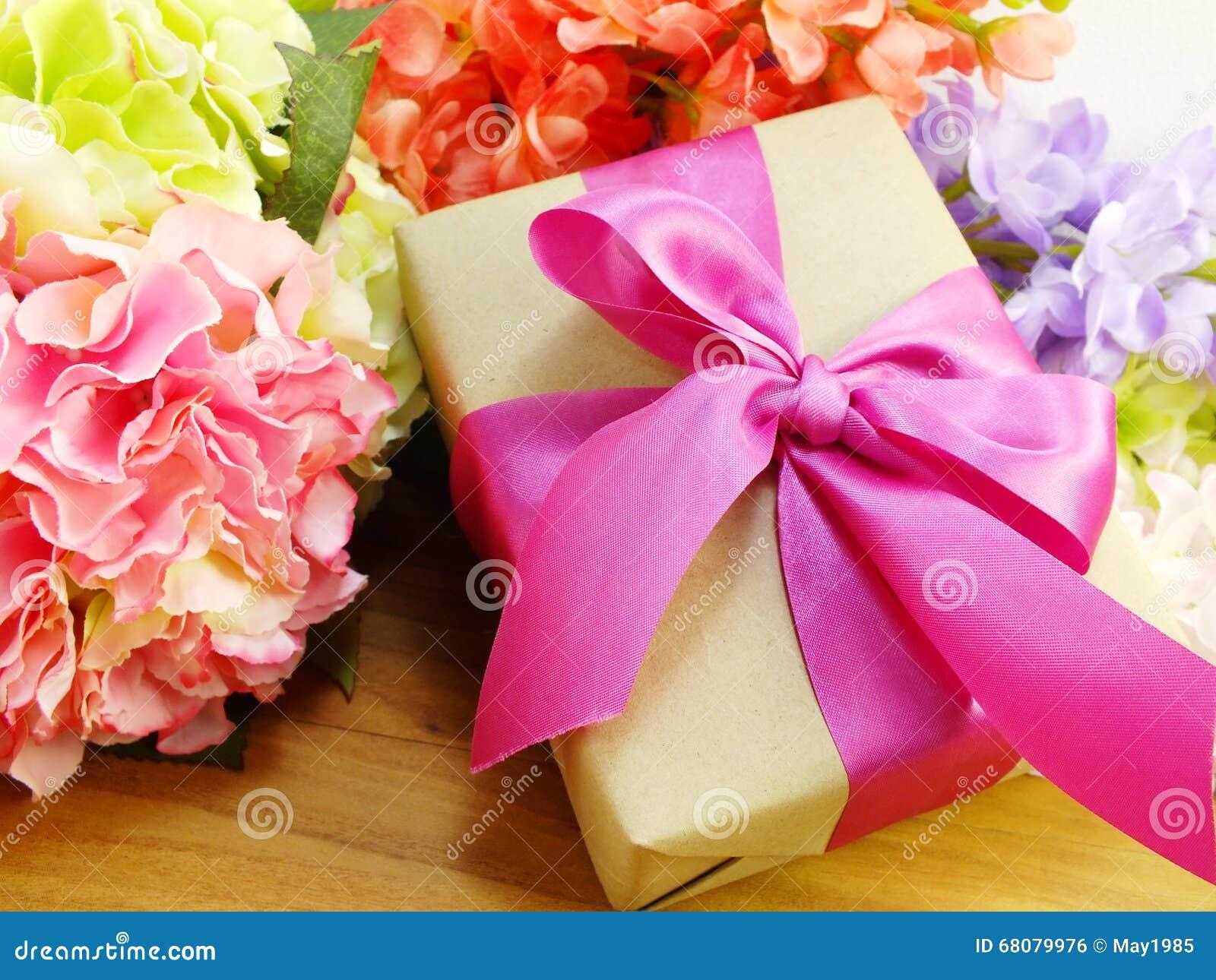 cadeaux et beau bouquet des fleurs pour le fond du jour de mère