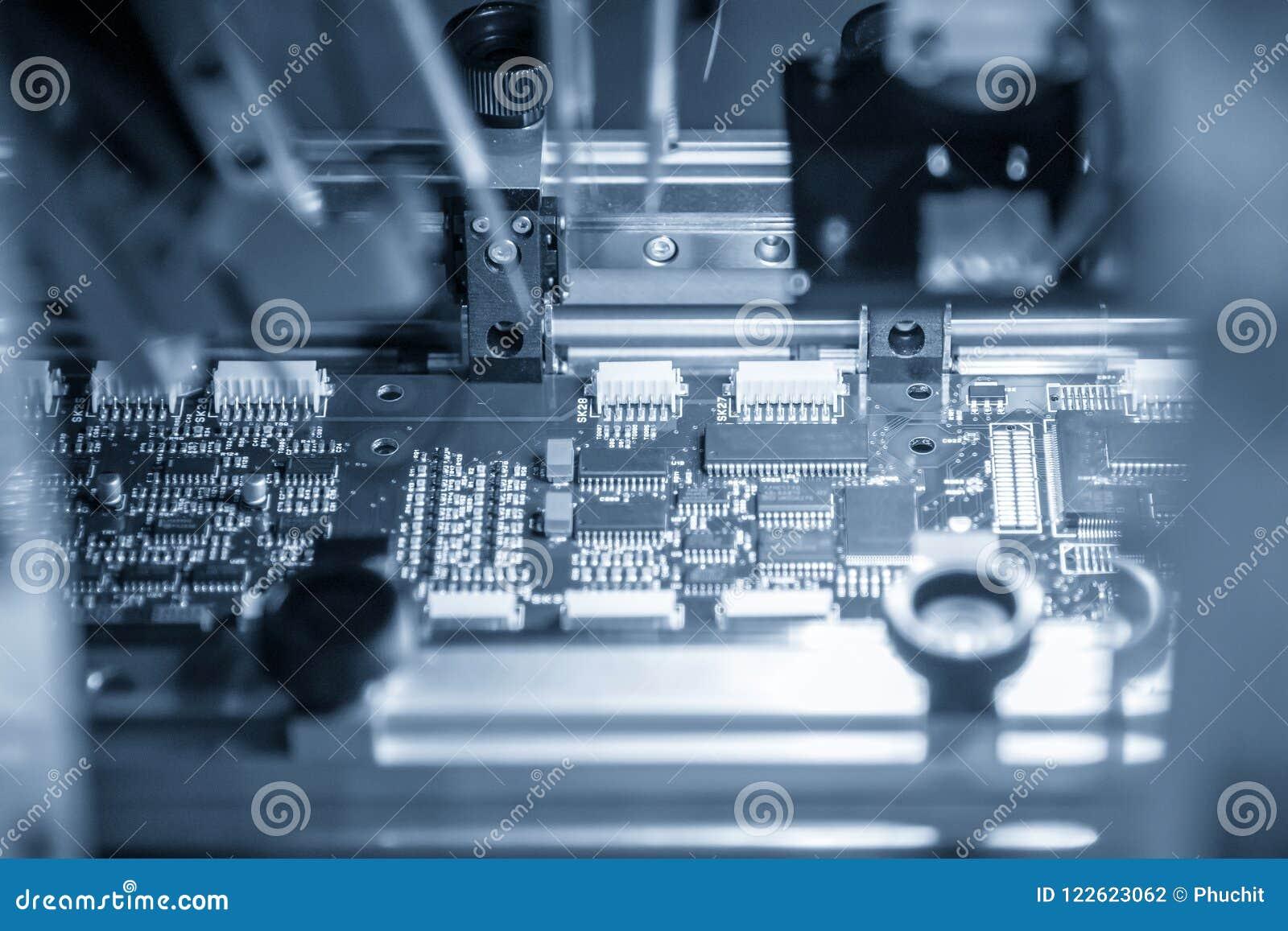 A cadeia de fabricação da placa eletrônica com o microchip no ligh
