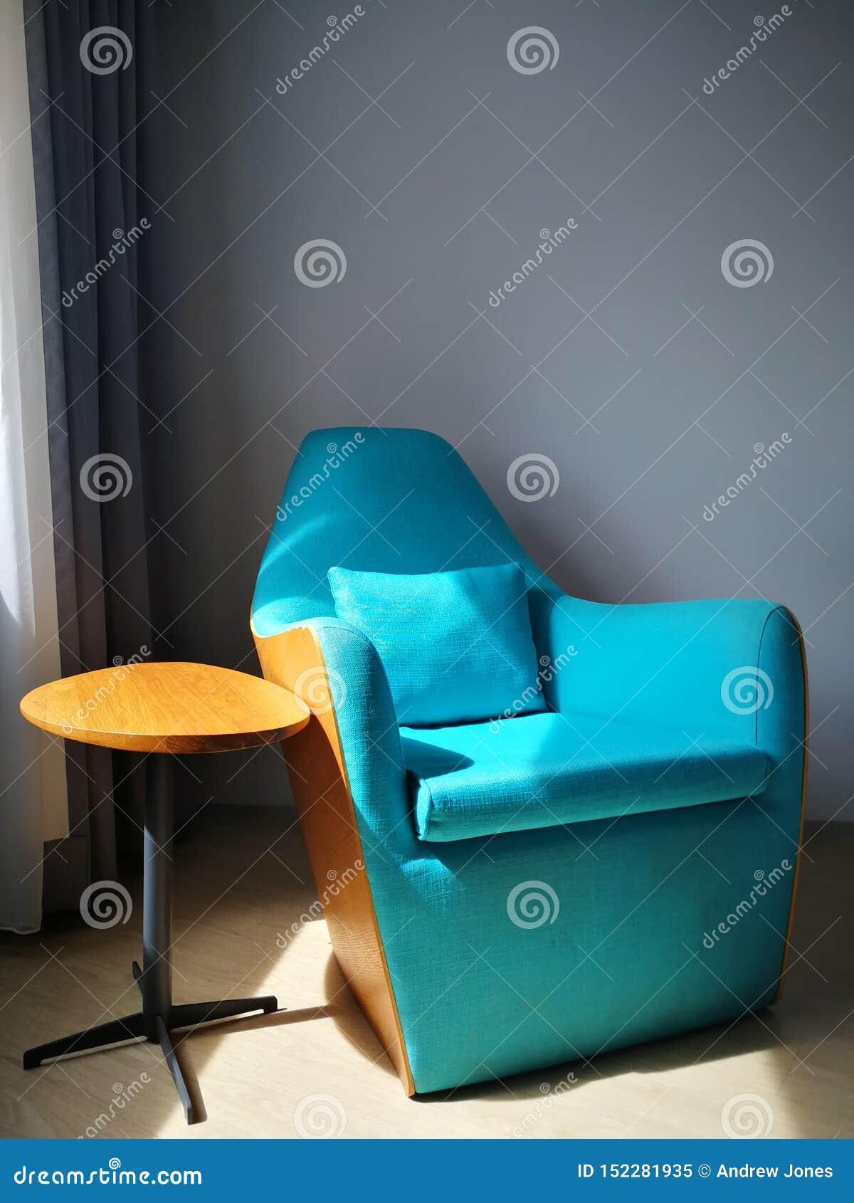 Cadeira azul em uma sala de hotel