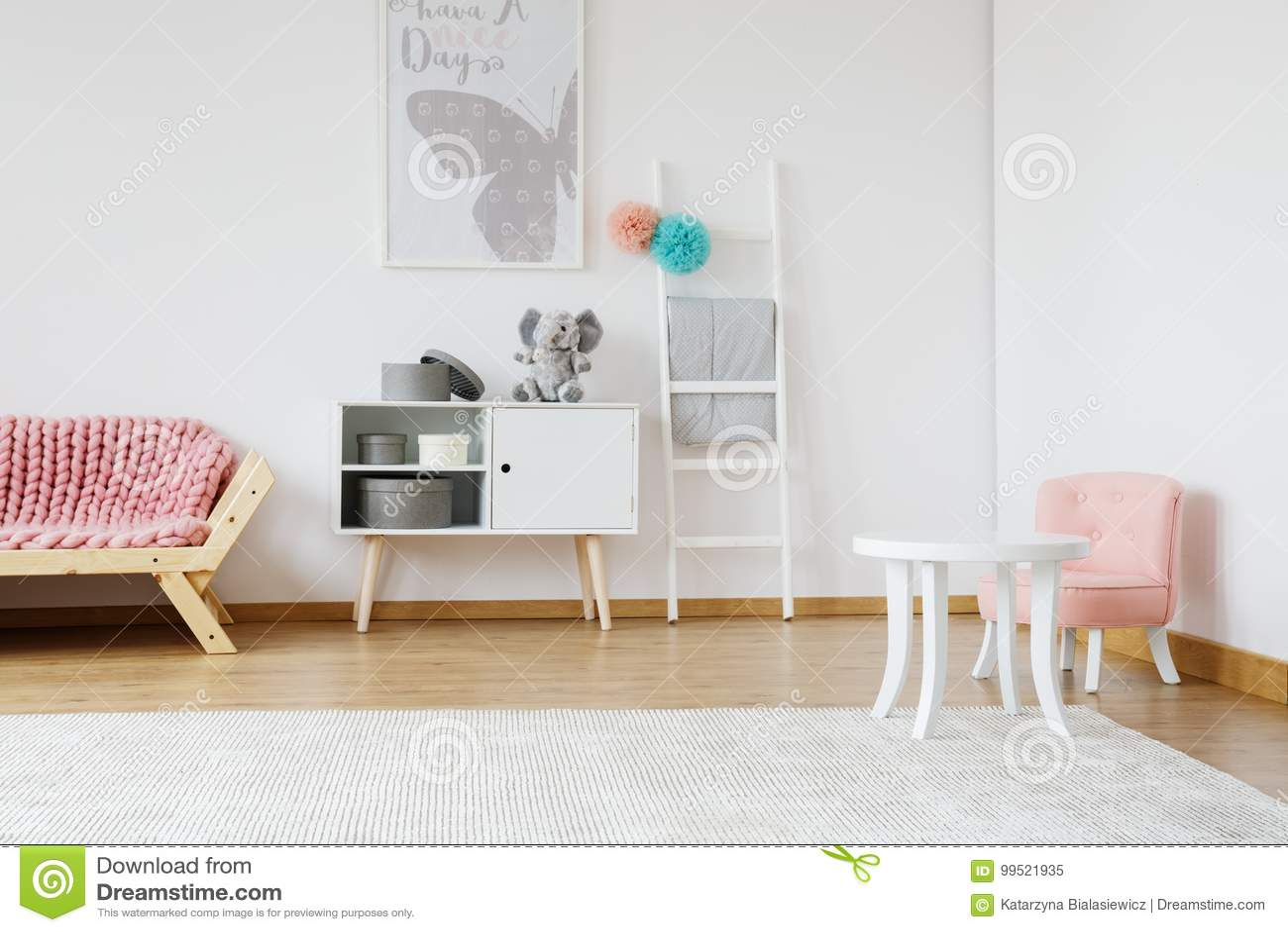 Cadeira cor-de-rosa pequena