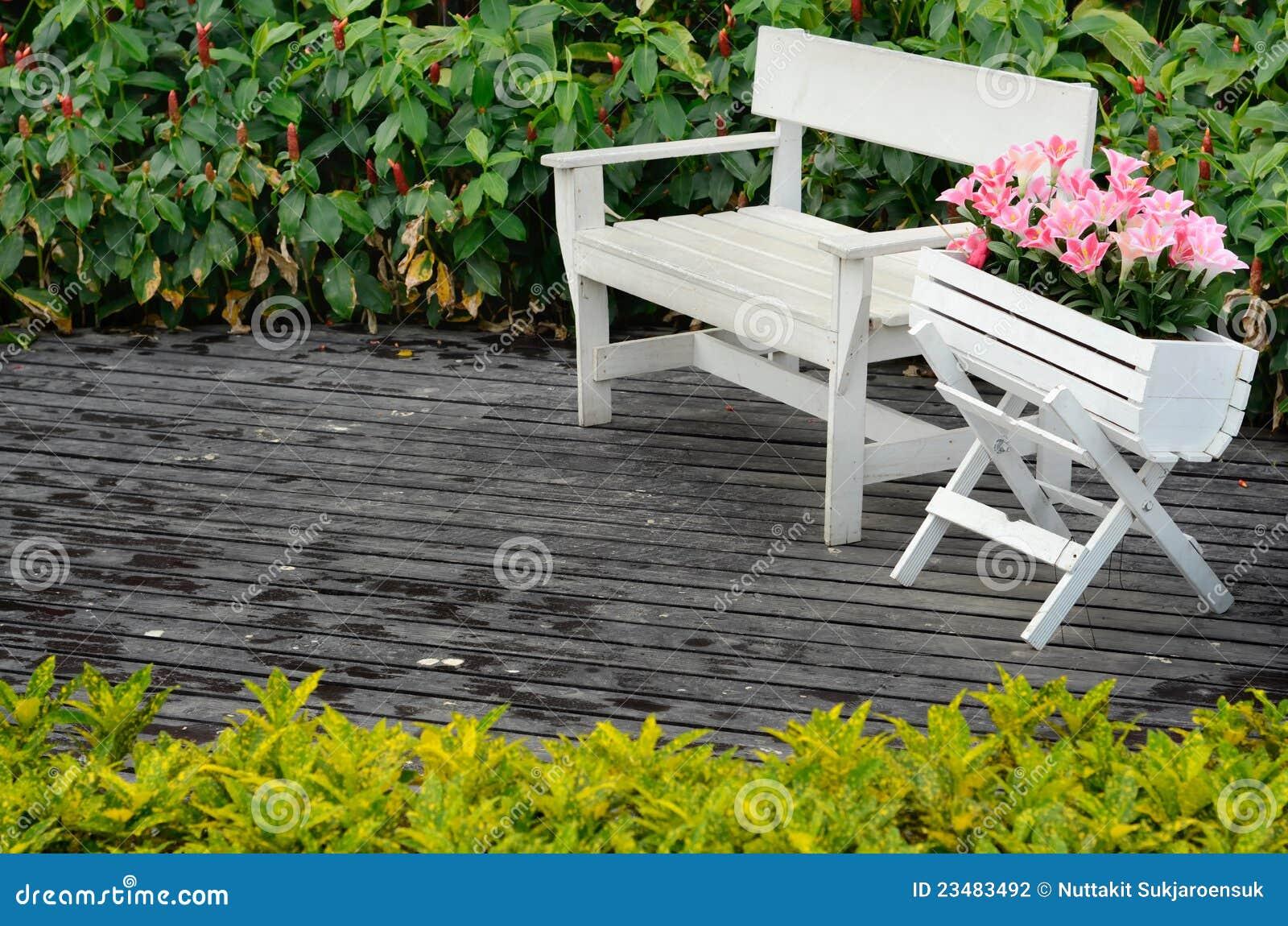 de madeira branco da cadeira e de flor com a flor cor de  #BBB710 1300x951