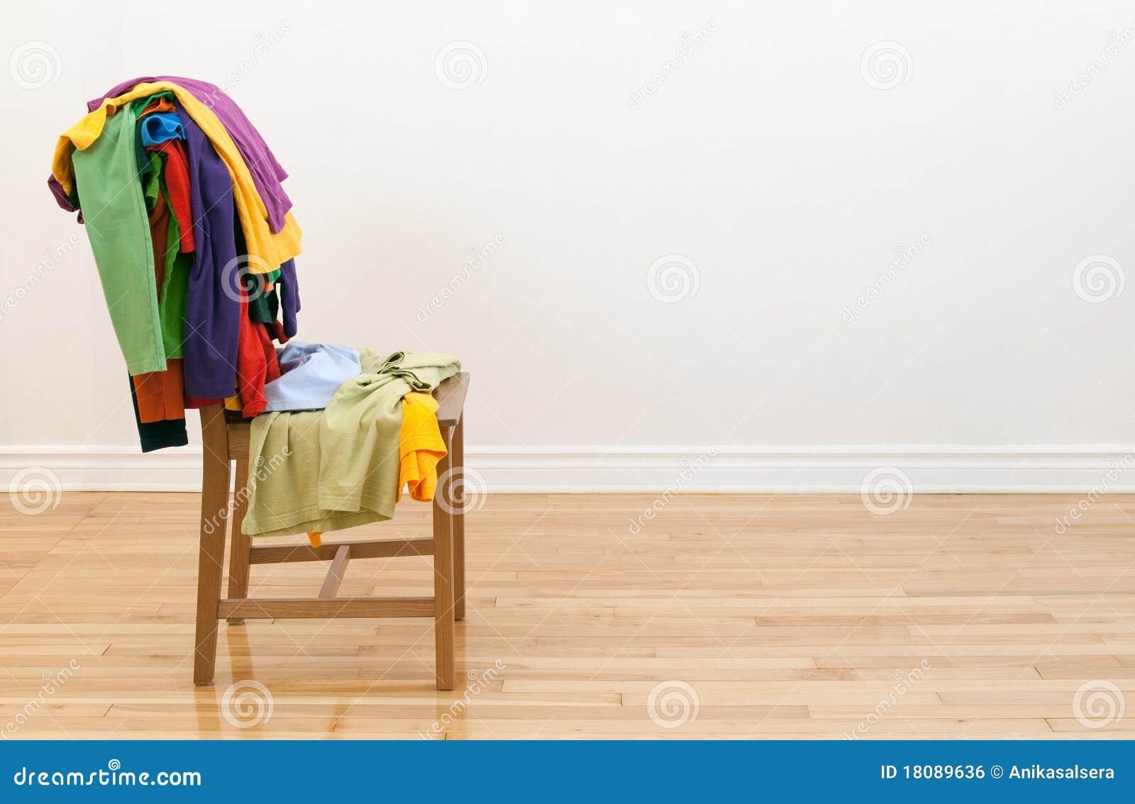 Cadeira De Madeira Com Roupa Desarrumado Nela Imagem de Stock Royalty  #7F401C 1300x938