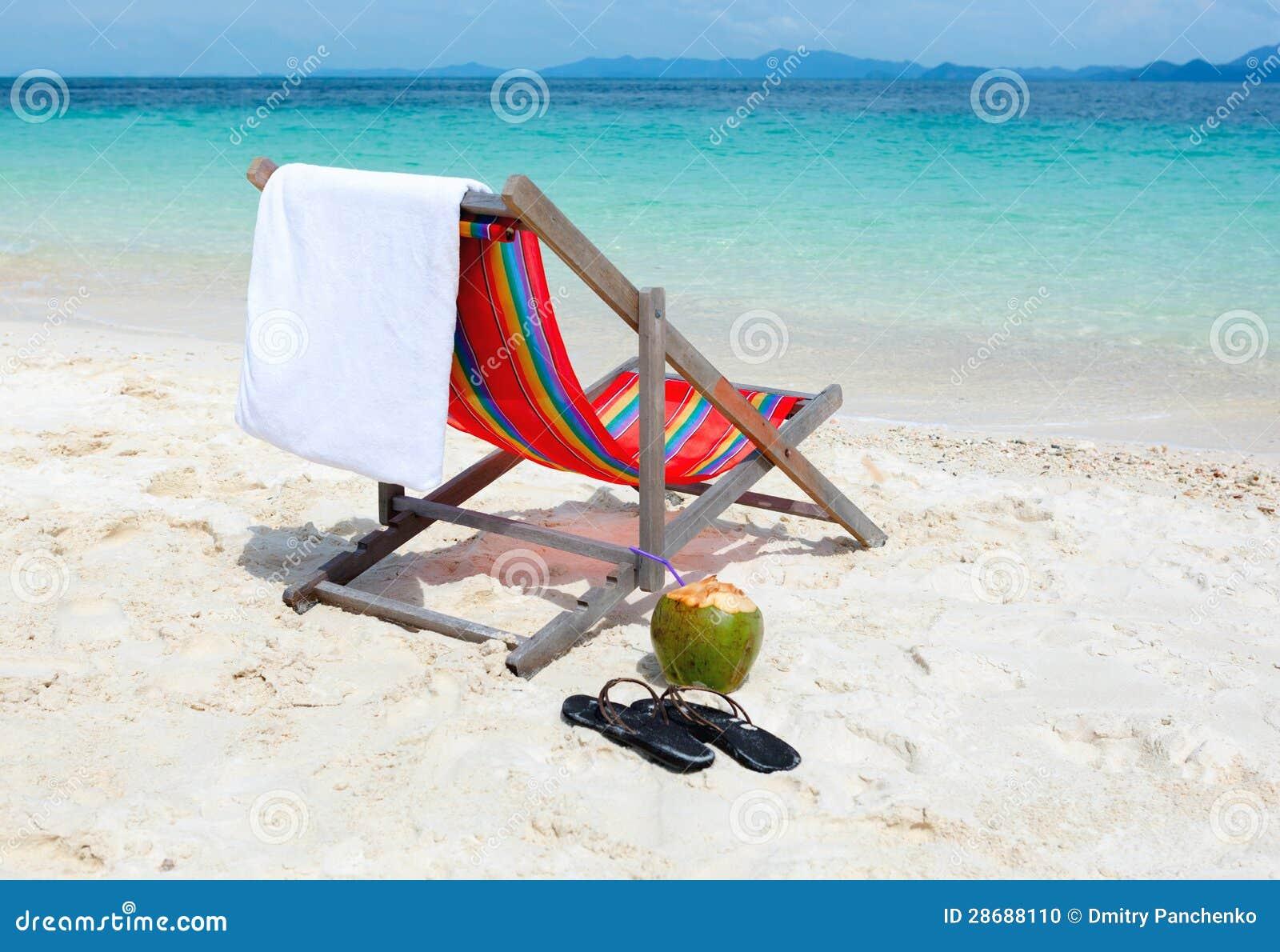 Cadeira de praia na praia tropical do verão