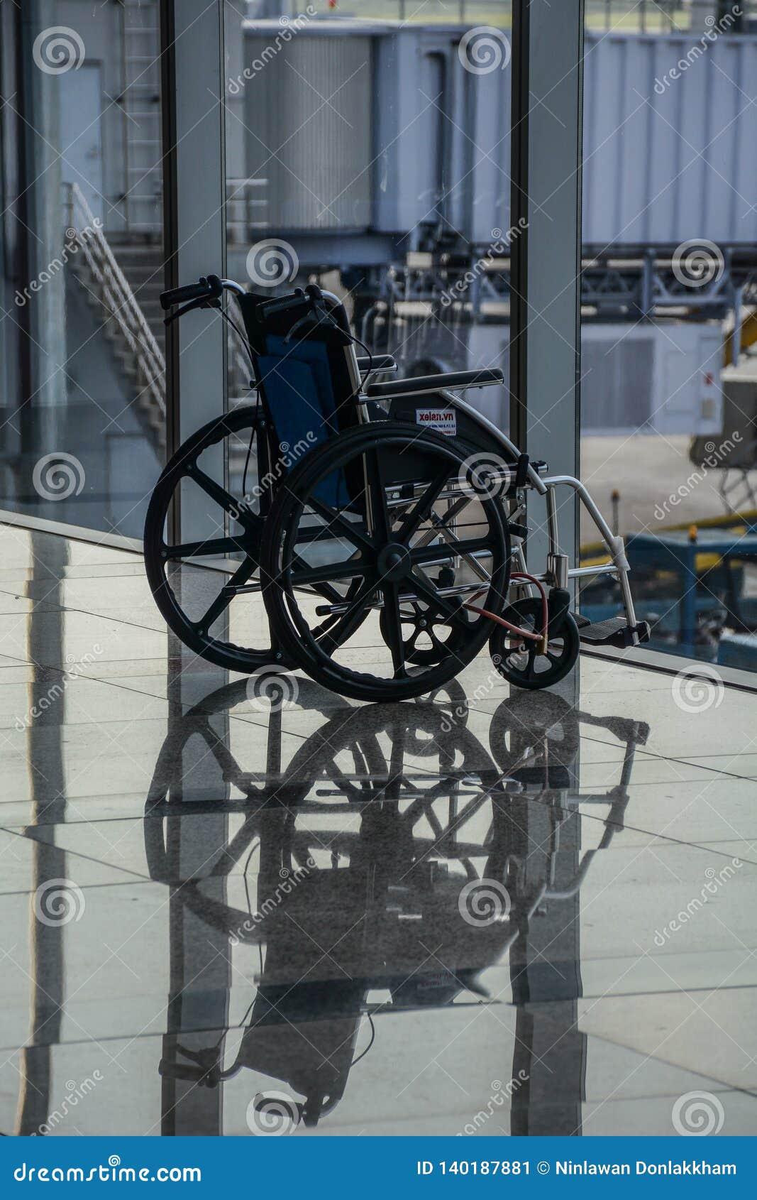 Cadeira de rodas dobrada que espera para ser usado