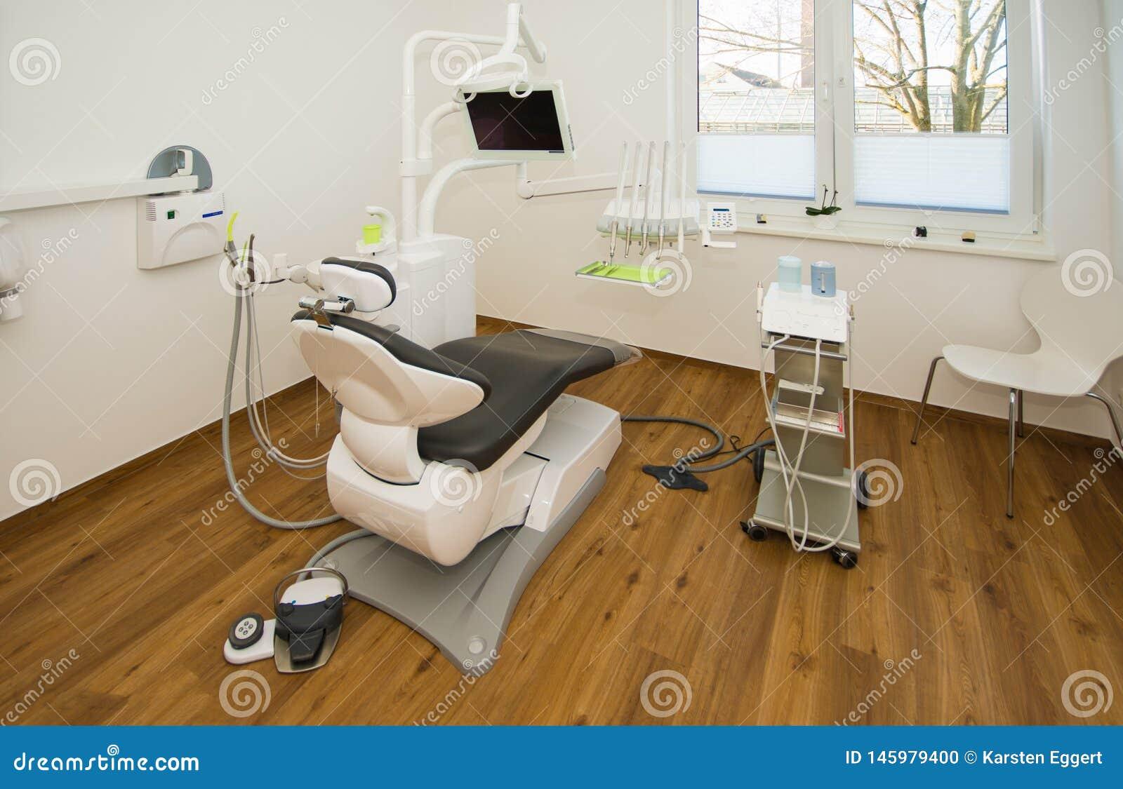 A cadeira do dentista novo é colocada na sala do tratamento do dentista