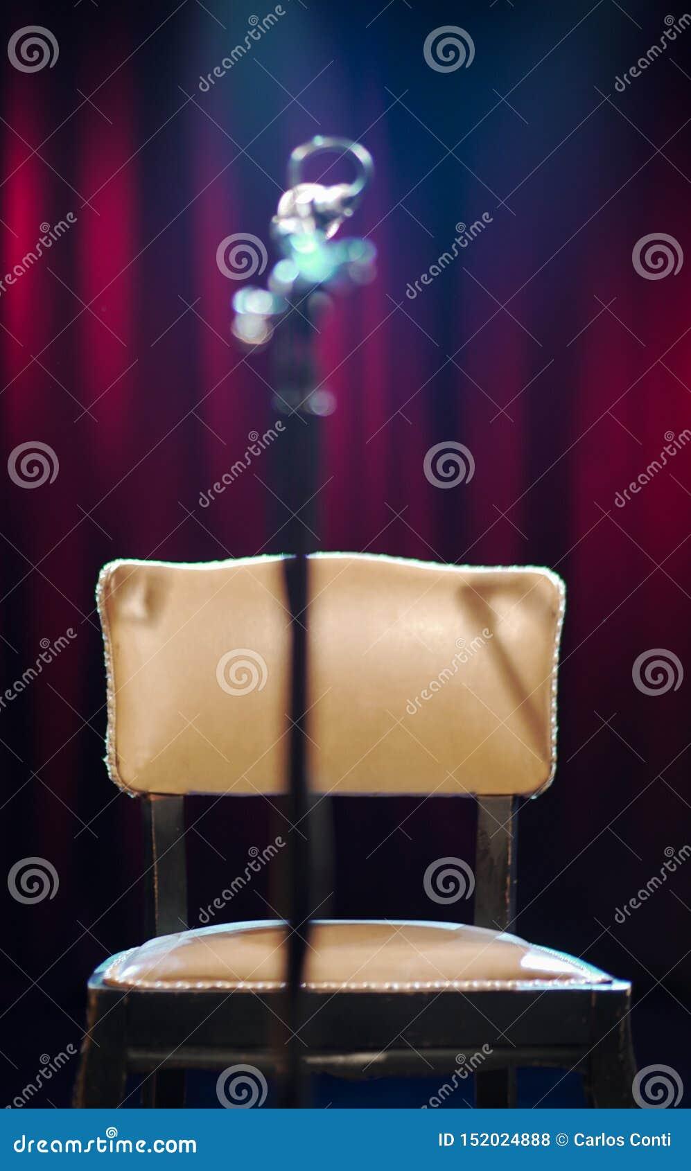 Cadeira do teatro com uma posição do microfone