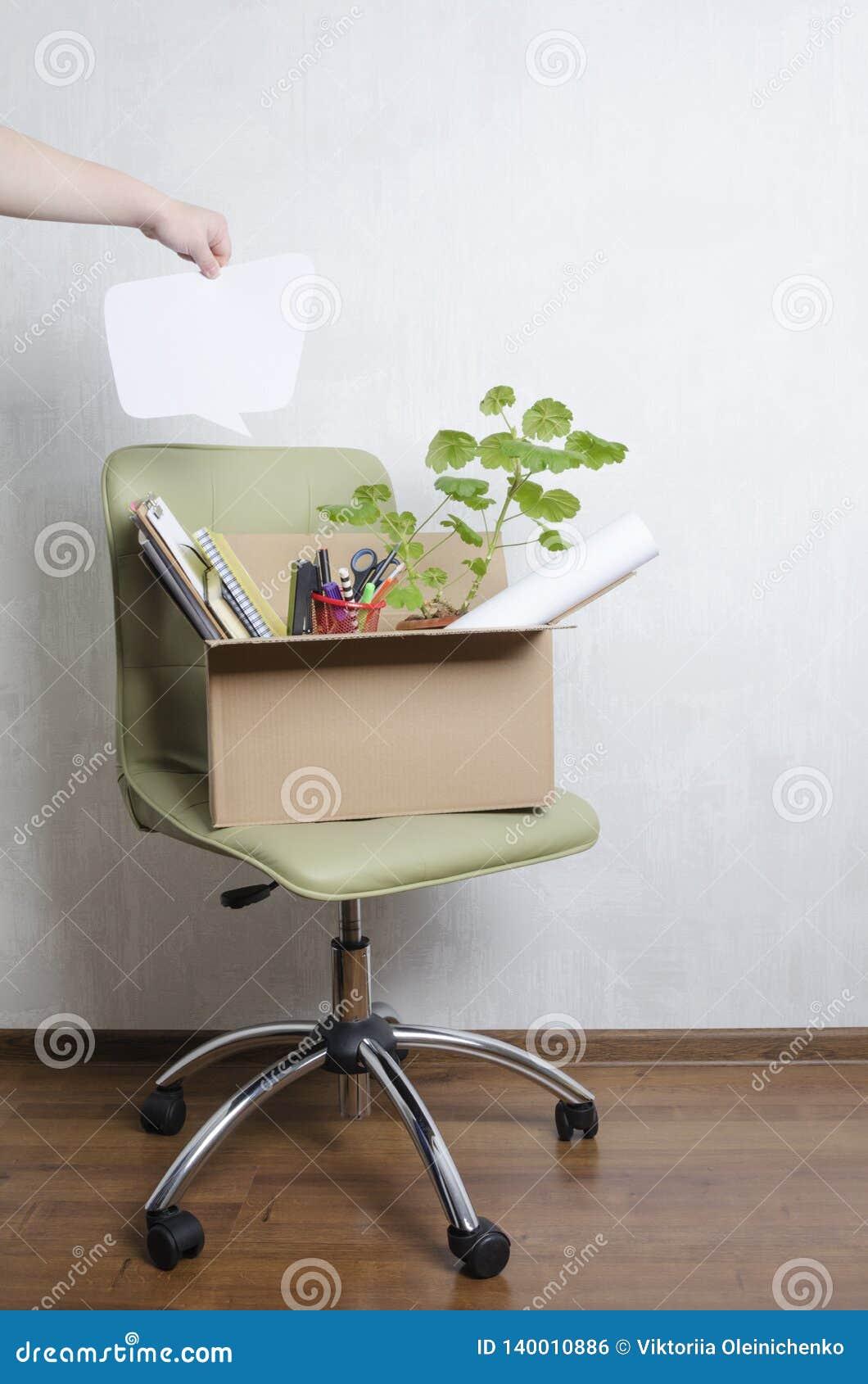 Cadeira e caixa com material diferente nele, mão masculina que guarda a bolha vazia do discurso para seu texto Conceito de mover-
