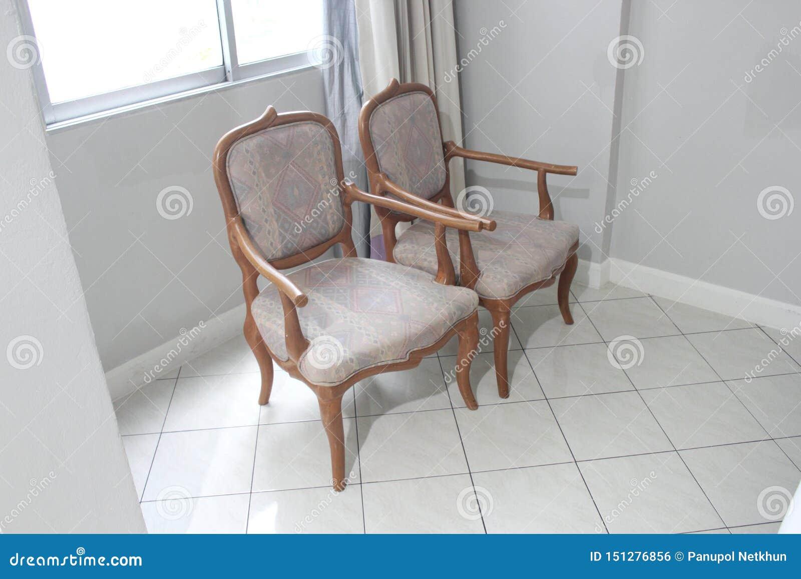 Cadeira gêmea velha na sala da cama