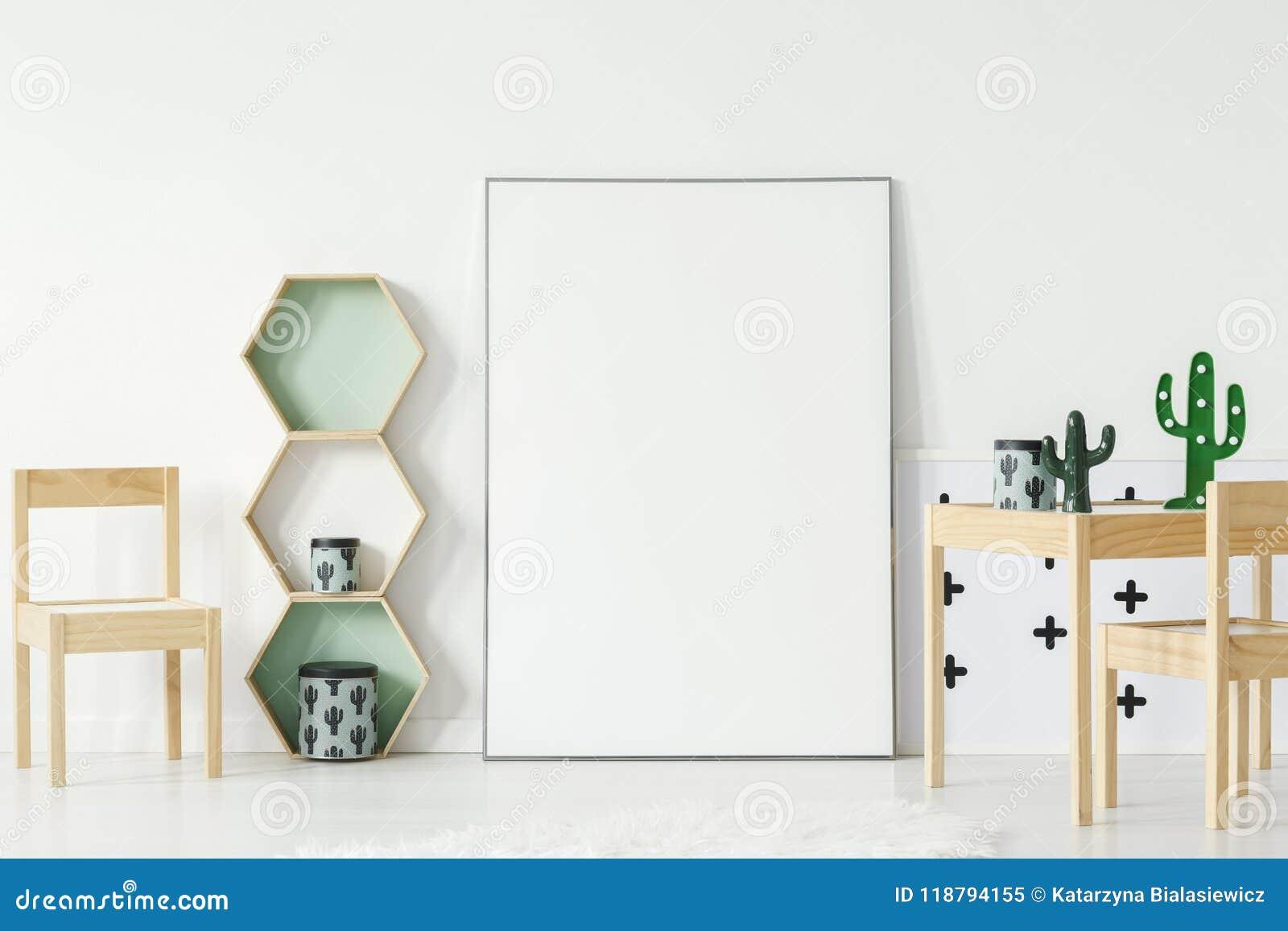 Cadeira na tabela de madeira com o cacto no interior da sala do ` s da criança com