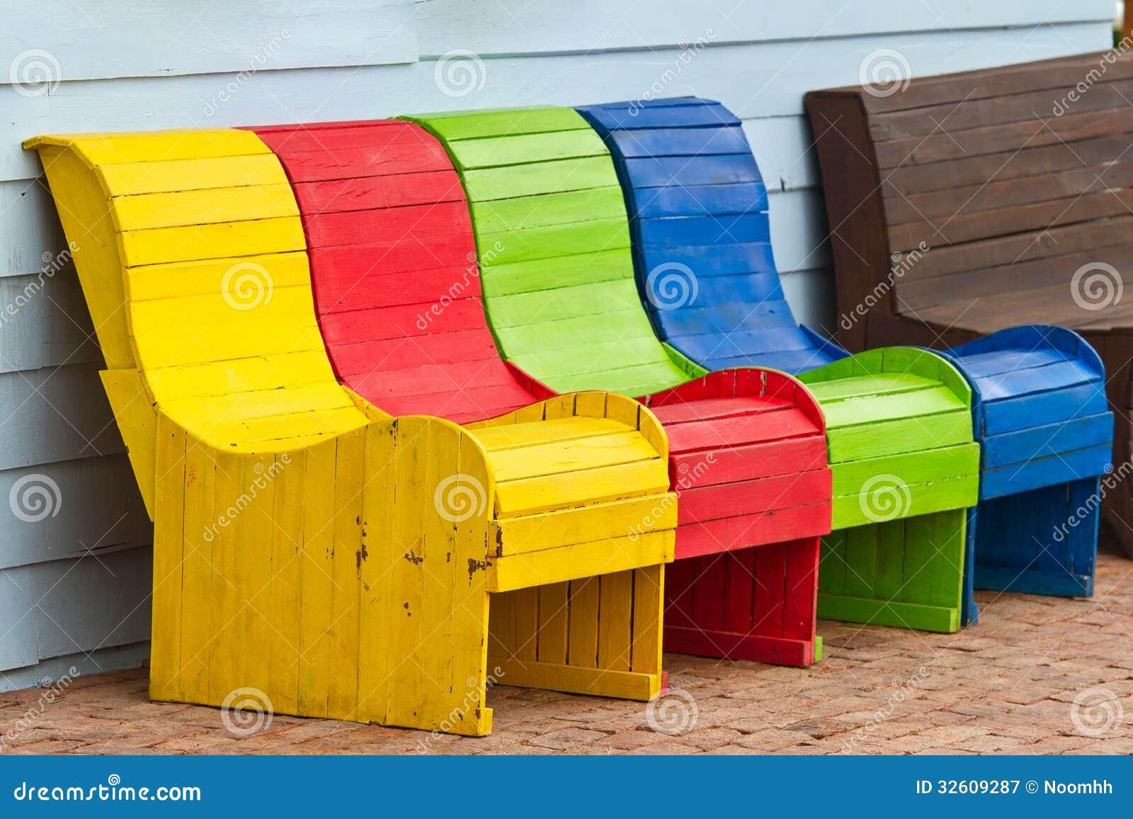 Cadeiras de madeira coloridas fotografia de stock royalty for Holzstuhl bunt