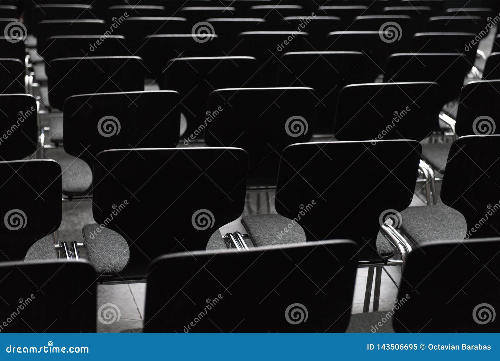 Cadeiras de madeira pretas nas fileiras