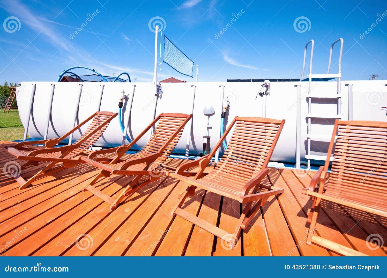 Cadeiras de plataforma da piscina foto de stock imagem for Plataforma para piscina
