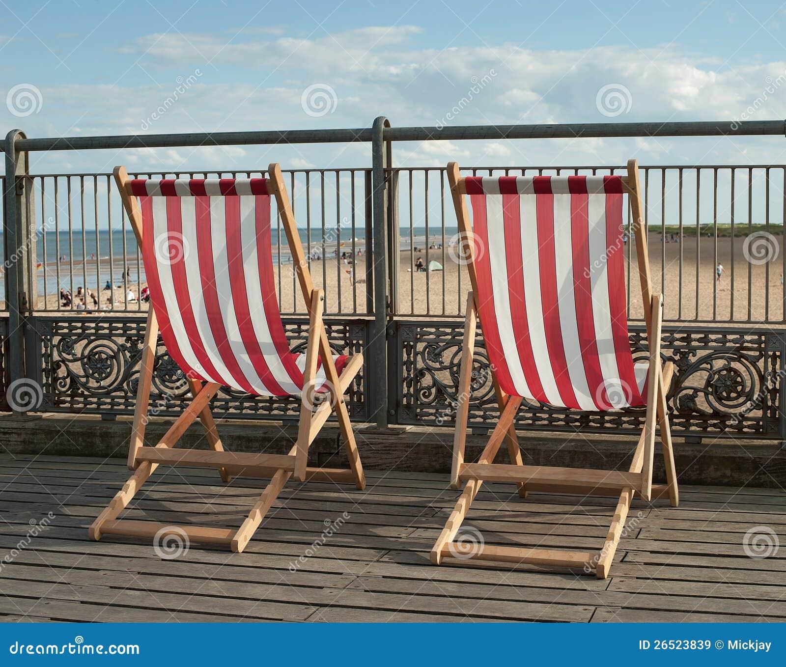 Cadeiras de plataforma no cais