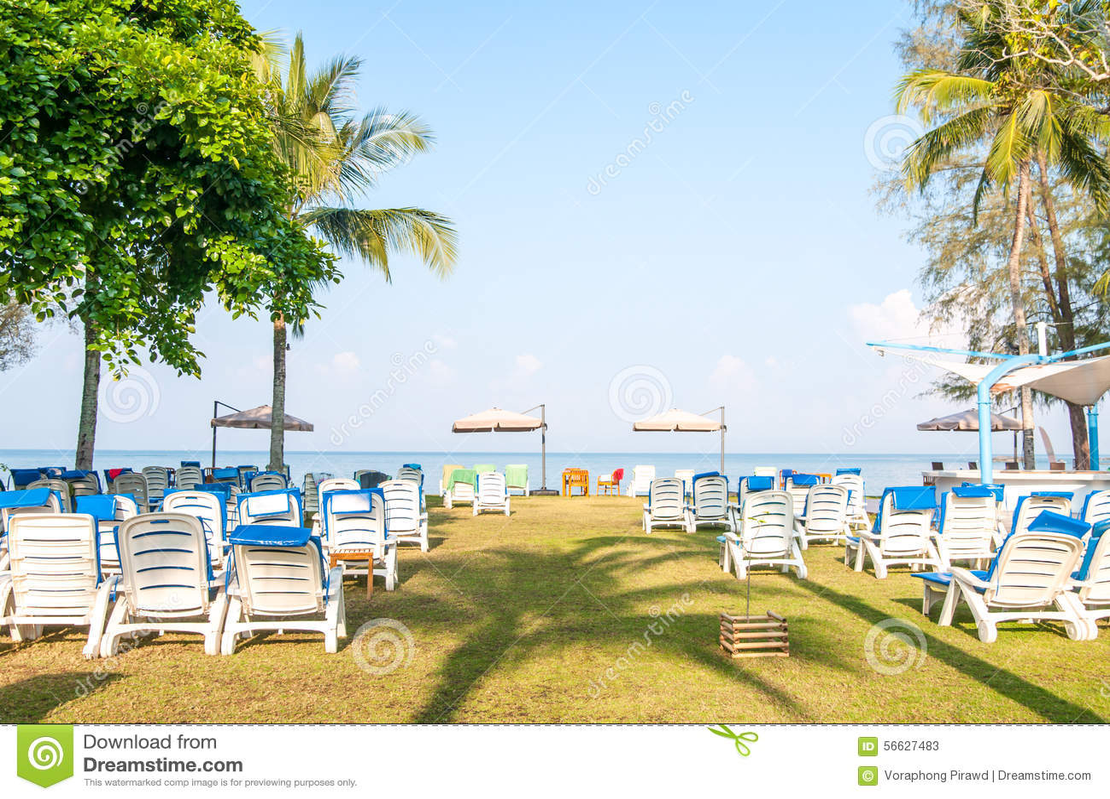 Cadeiras De Praia Na Praia Foto de Stock Imagem: 56627483 #9E922D 1300x953
