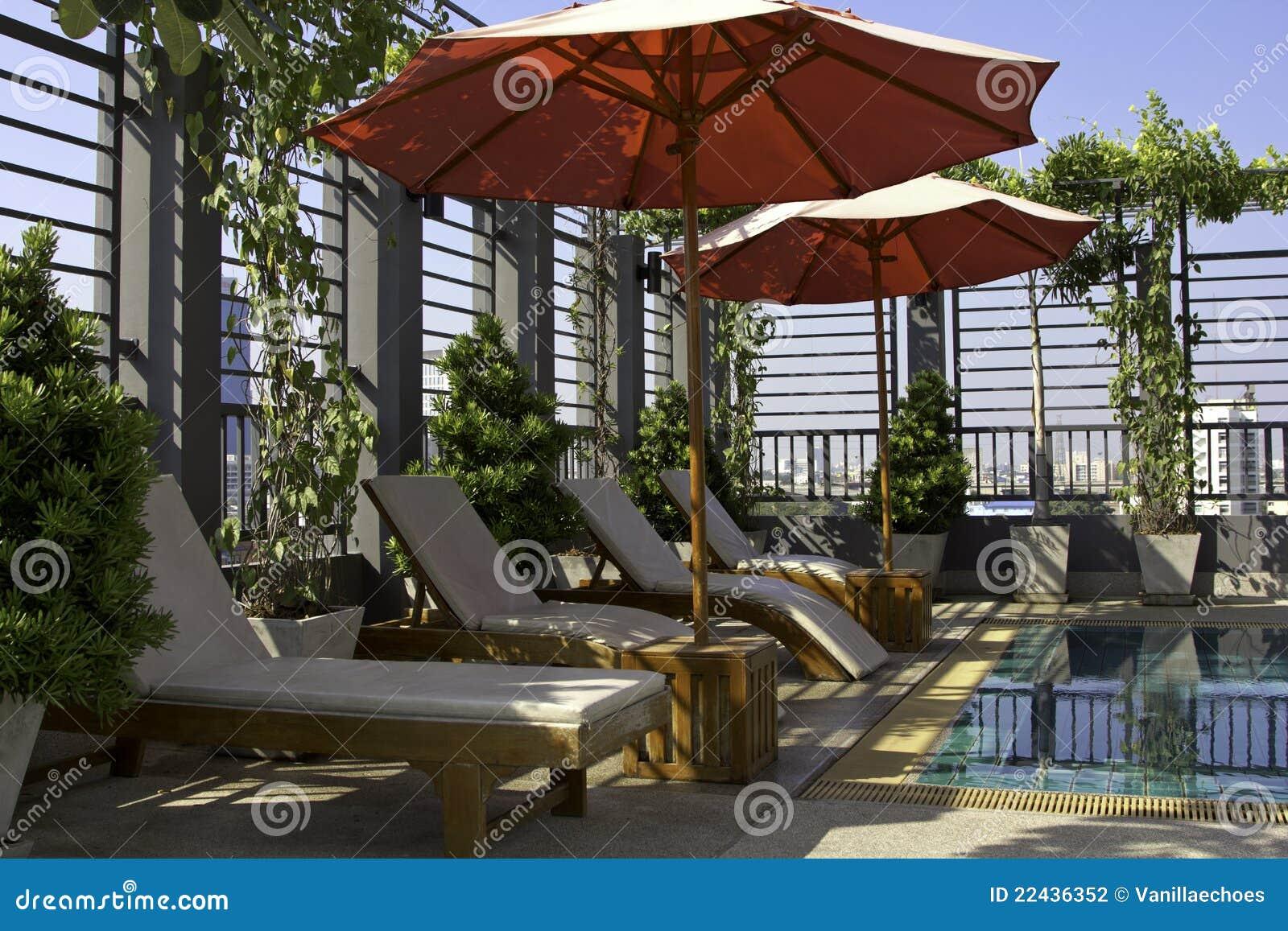 Cadeiras De Praia Por Uma Piscina Fotografia de Stock Imagem  #2D429E 1300x957