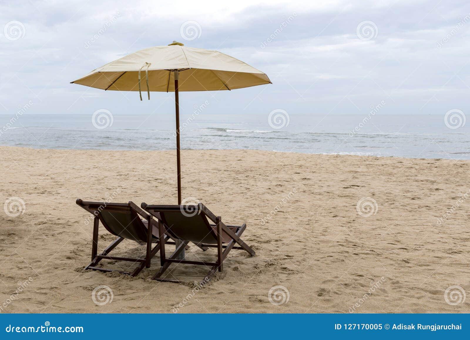 Cadeiras De Praia Sob Um Guarda-chuva De Creme Na Praia Fina Imagem ... b9969d729d7b8