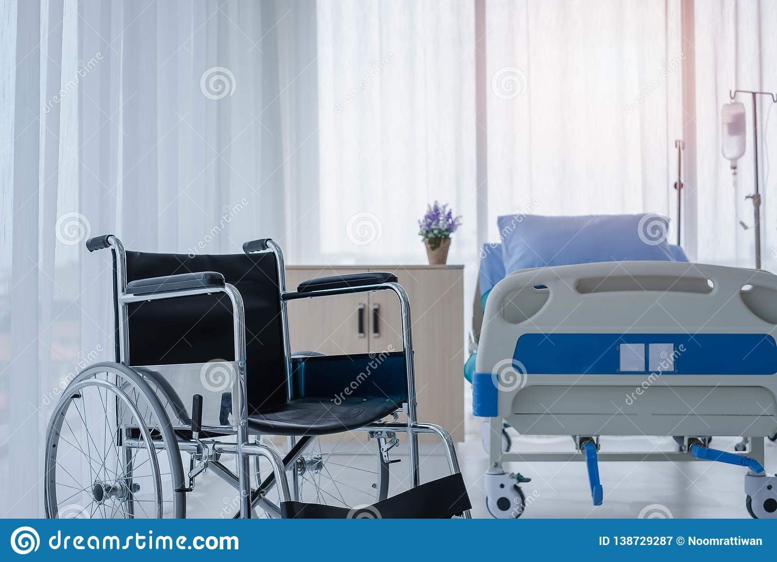 Cadeiras de rodas na sala de hospital