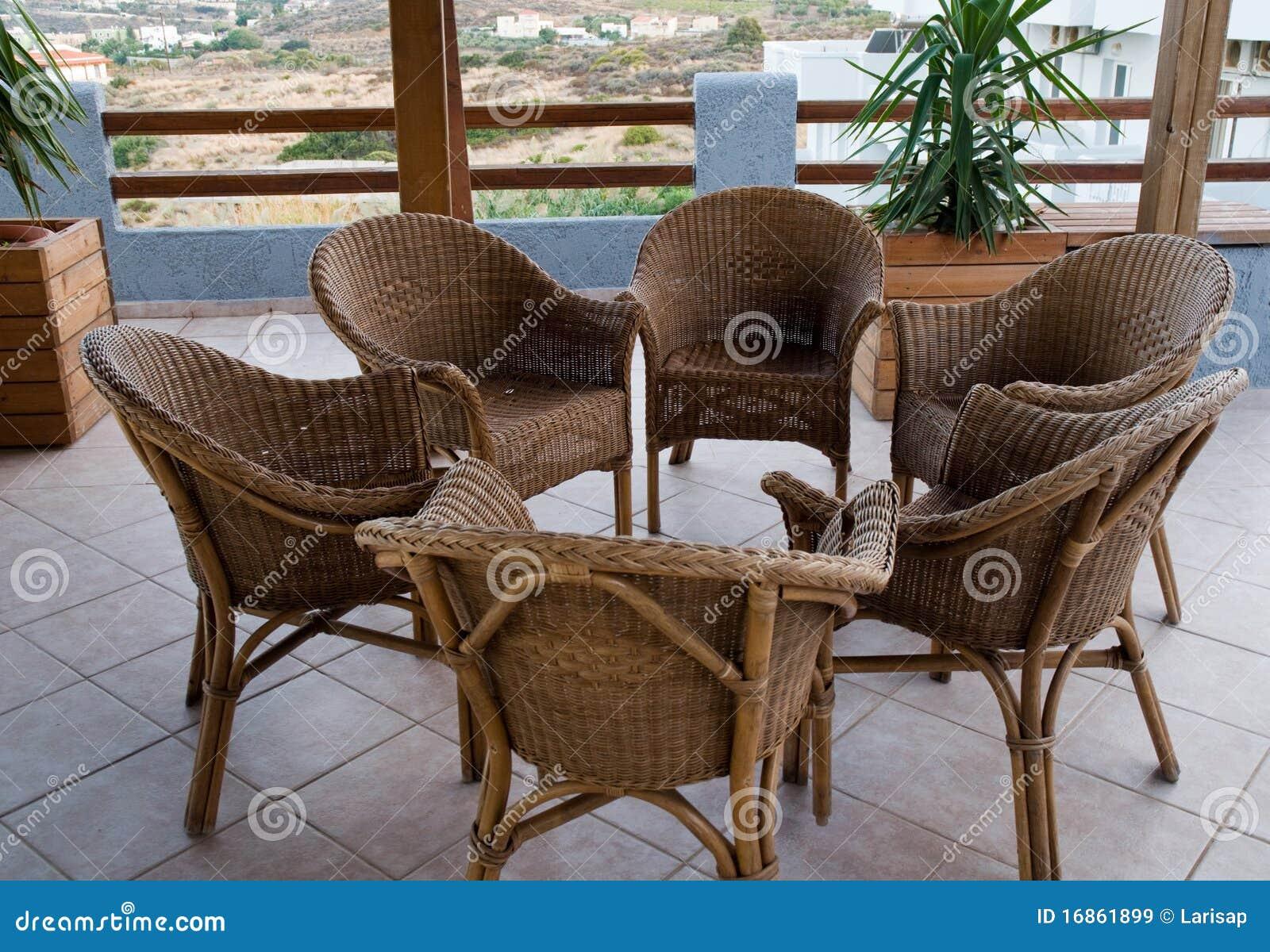 Cadeiras de vime no balcão.