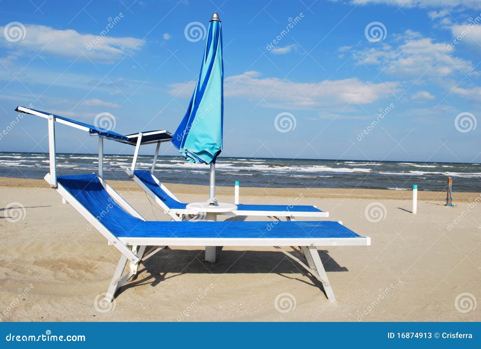 Cadeiras e guarda-chuva de praia