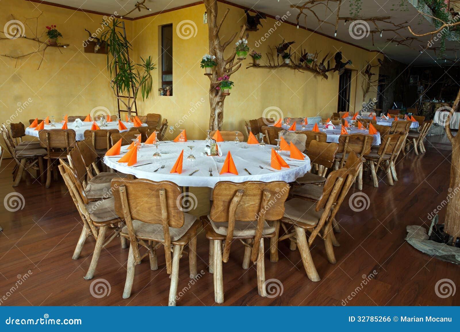 Cadeiras E Tabela De Madeira No Restaurante Rústico Imagem de Stock  #81A229 1300x957