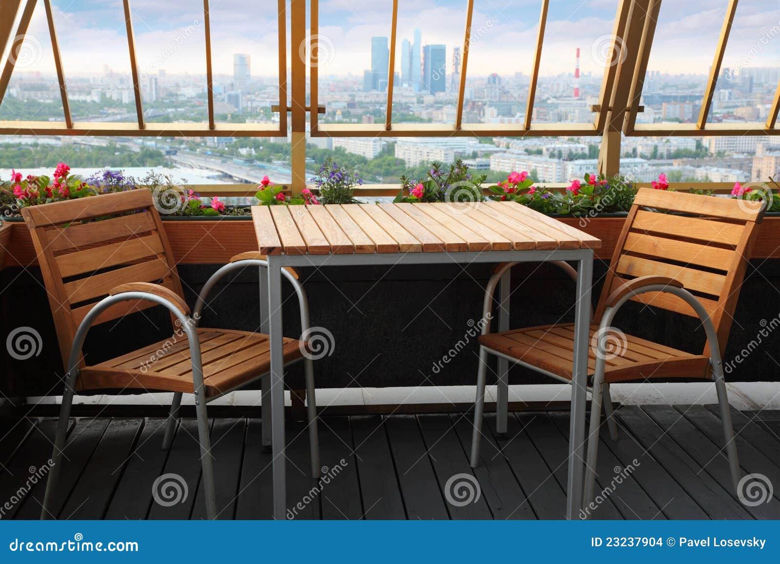 Cadeiras E Tabela No Terraço No Restaurante Imagens de Stock Imagem  #6F3E23 1300x957