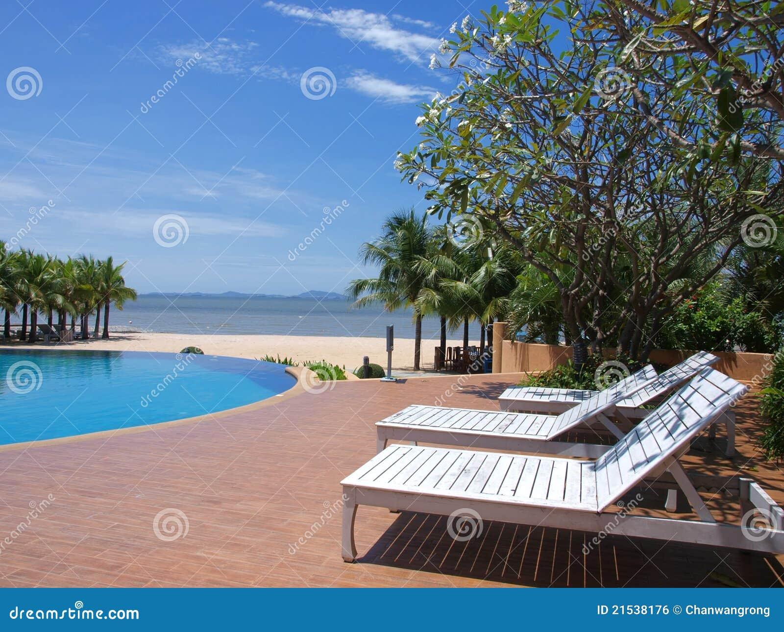 Cadeiras em torno da piscina imagem de stock royalty free for Piscina z