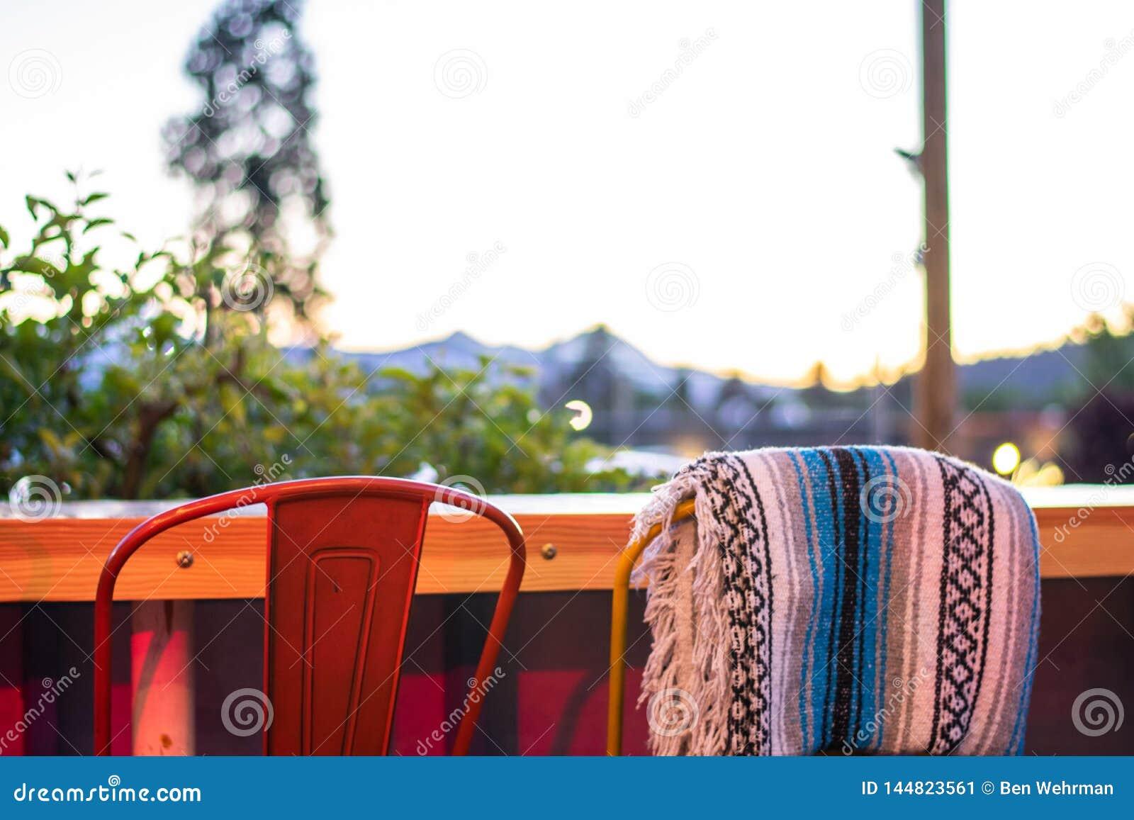 Cadeiras exteriores do restaurante