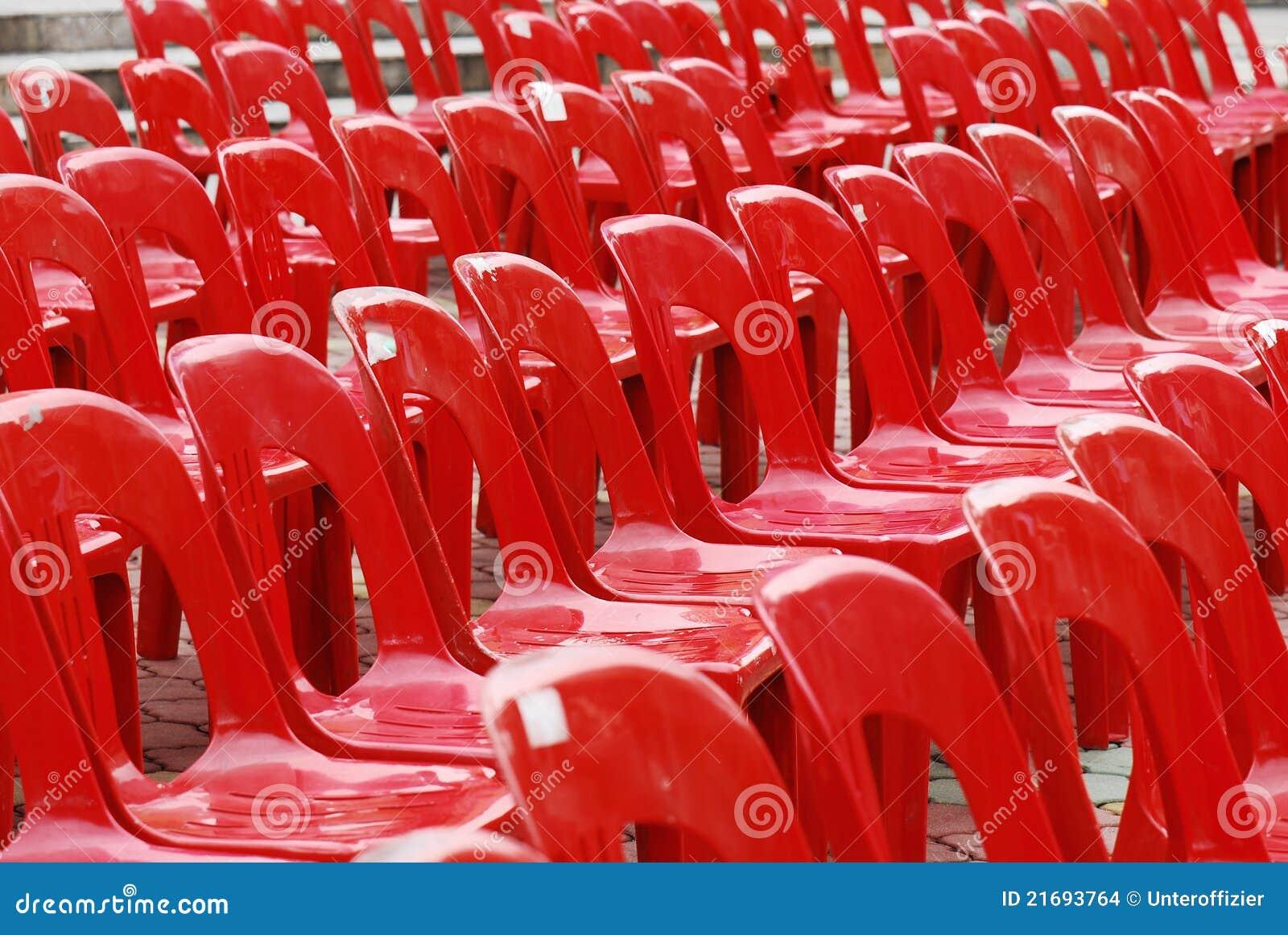 Cadeiras plásticas vermelhas